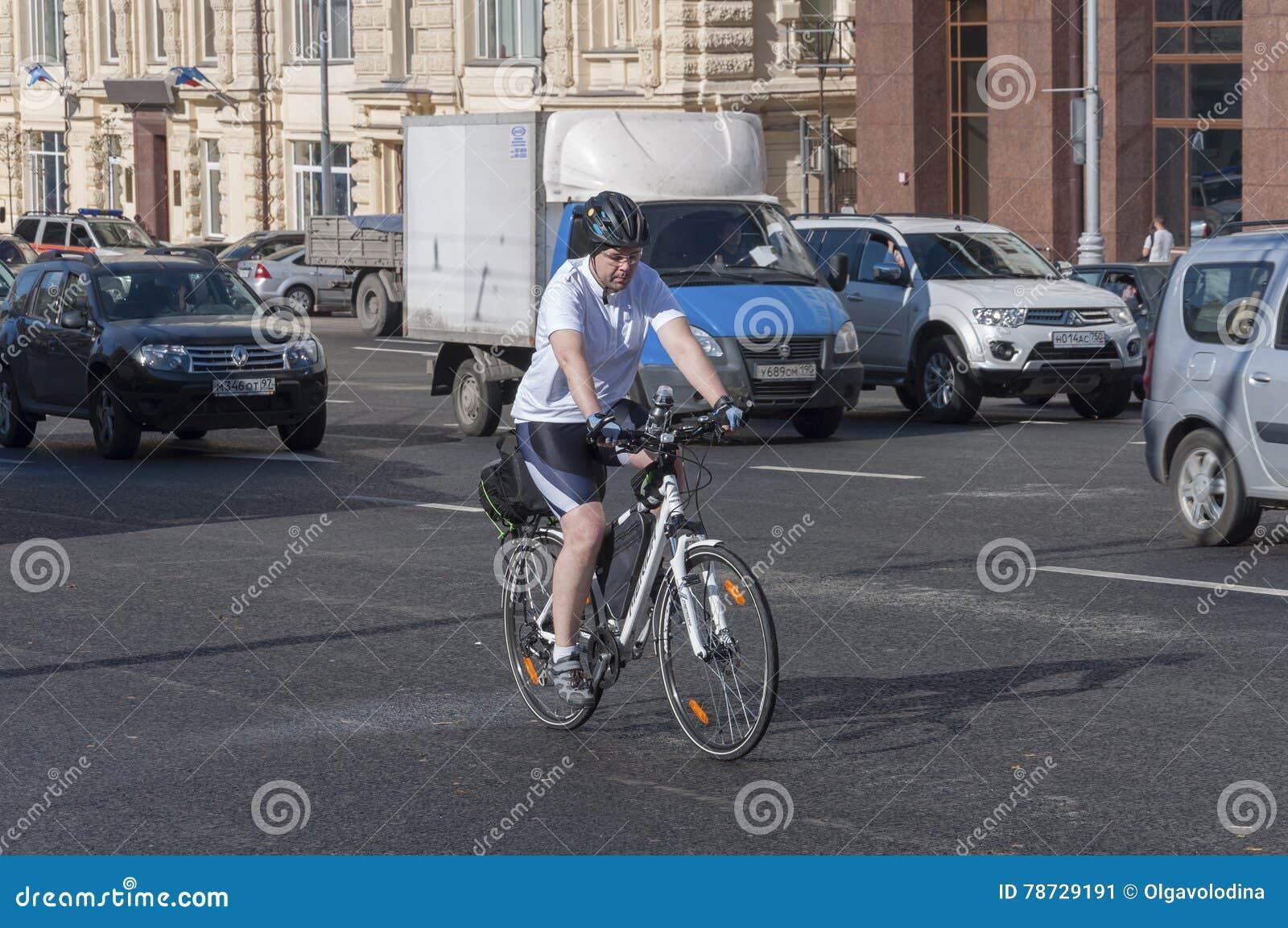 Moskva Ryssland 21 09 2015 Mannen på cykeln rider i trafik på teatergatan