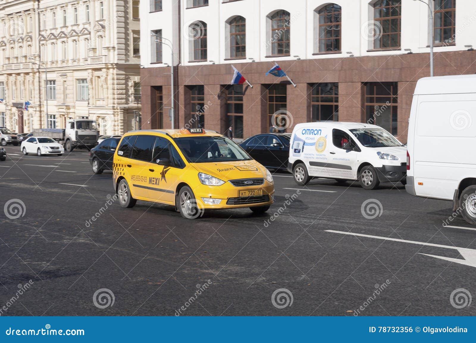 Moskva Ryssland 21 09 2015 taxien i trafik på teatergatan
