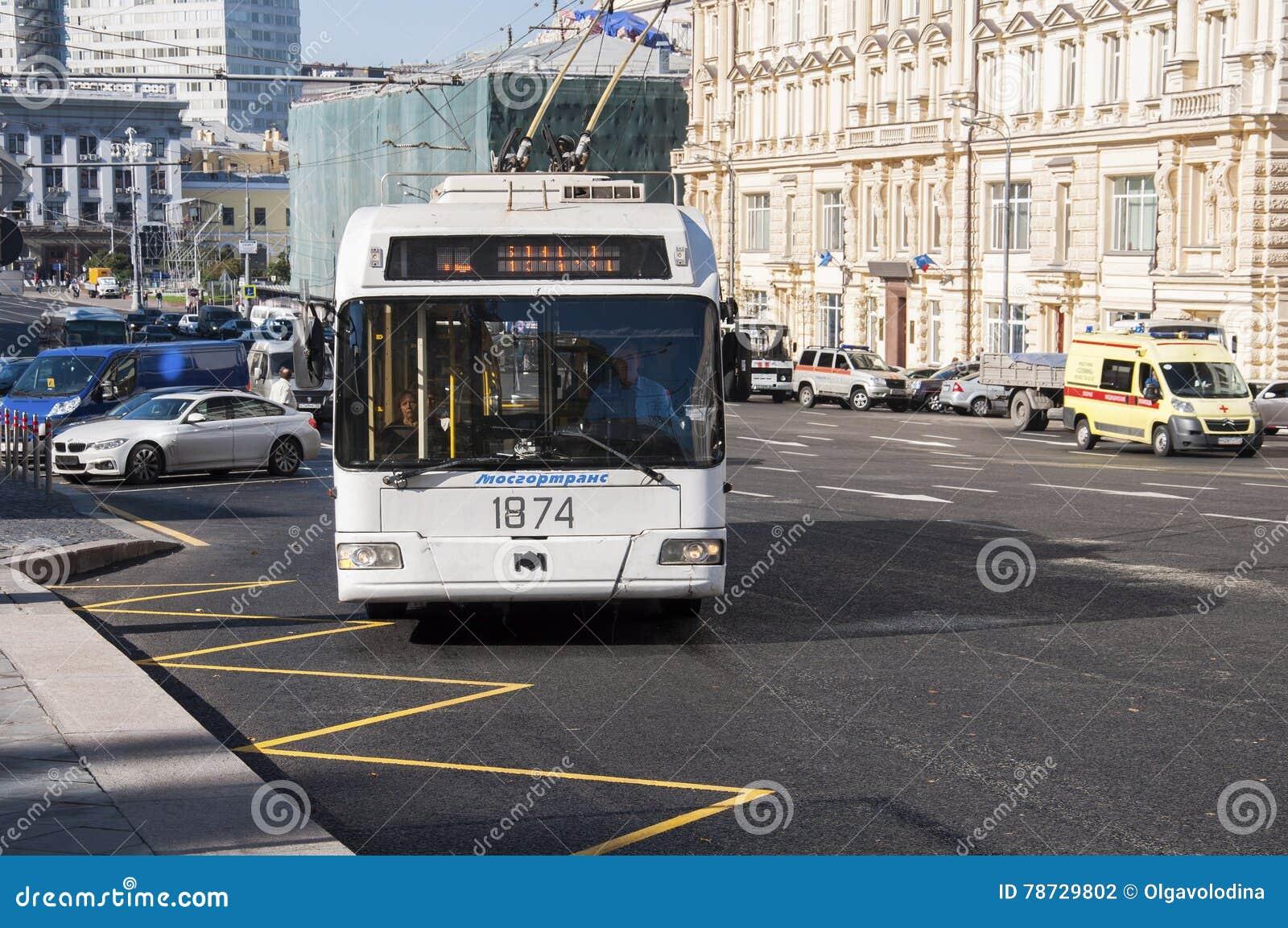 Moskva Ryssland 21 09 2015 Trådbussen ankommer på hållplatsen på teatergatan