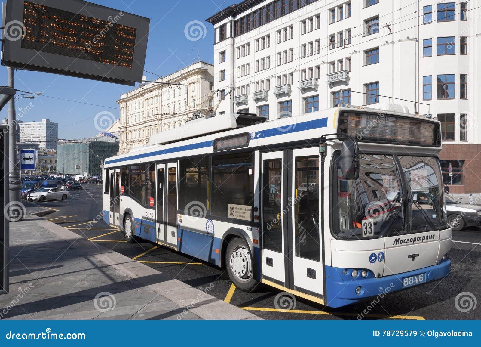 Moskva Ryssland 21 09 2015 Trådbussrutt 33 på teatergatan
