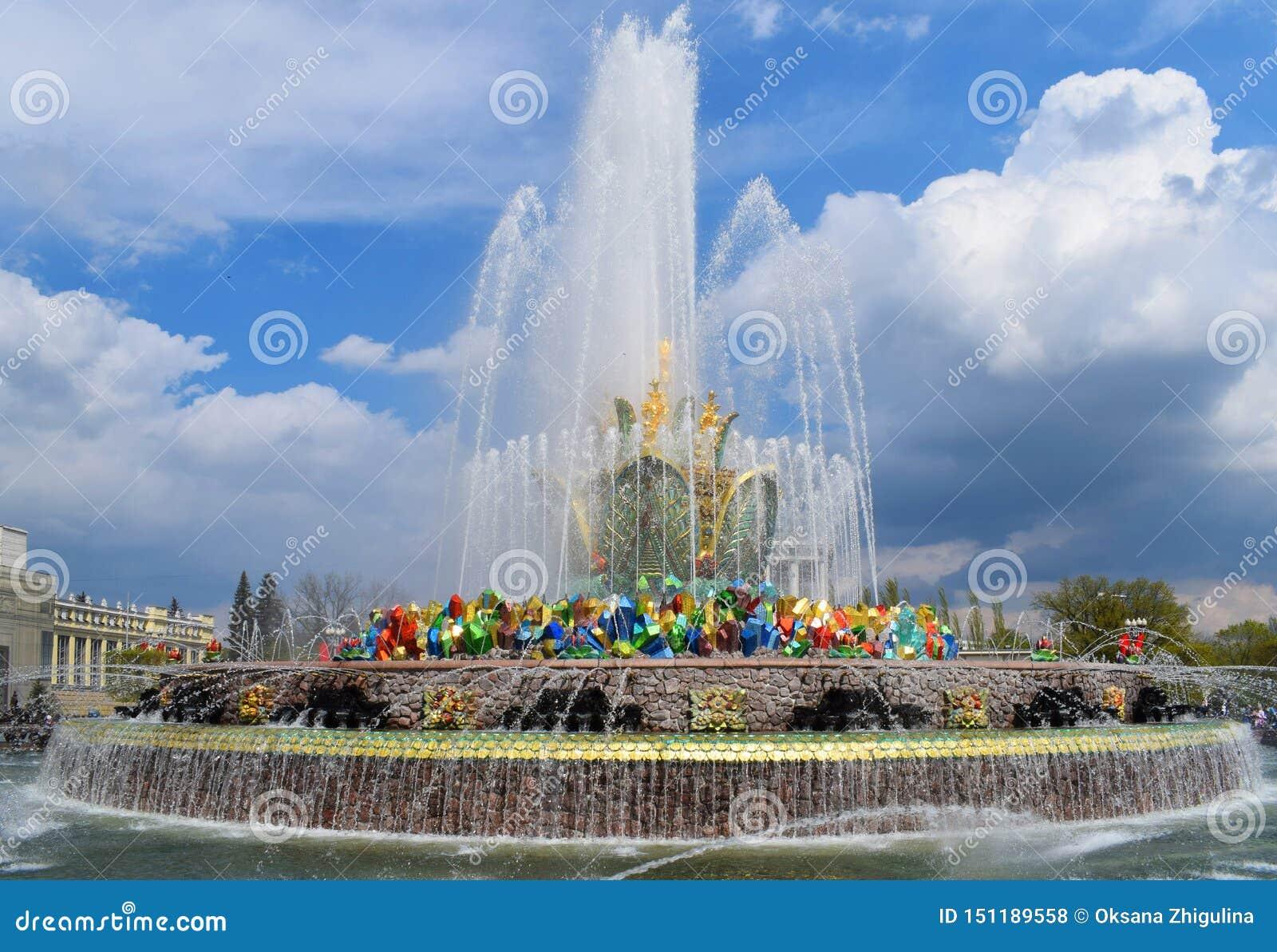 Moskva Ryssland, VDNH - springbrunnstenblomma