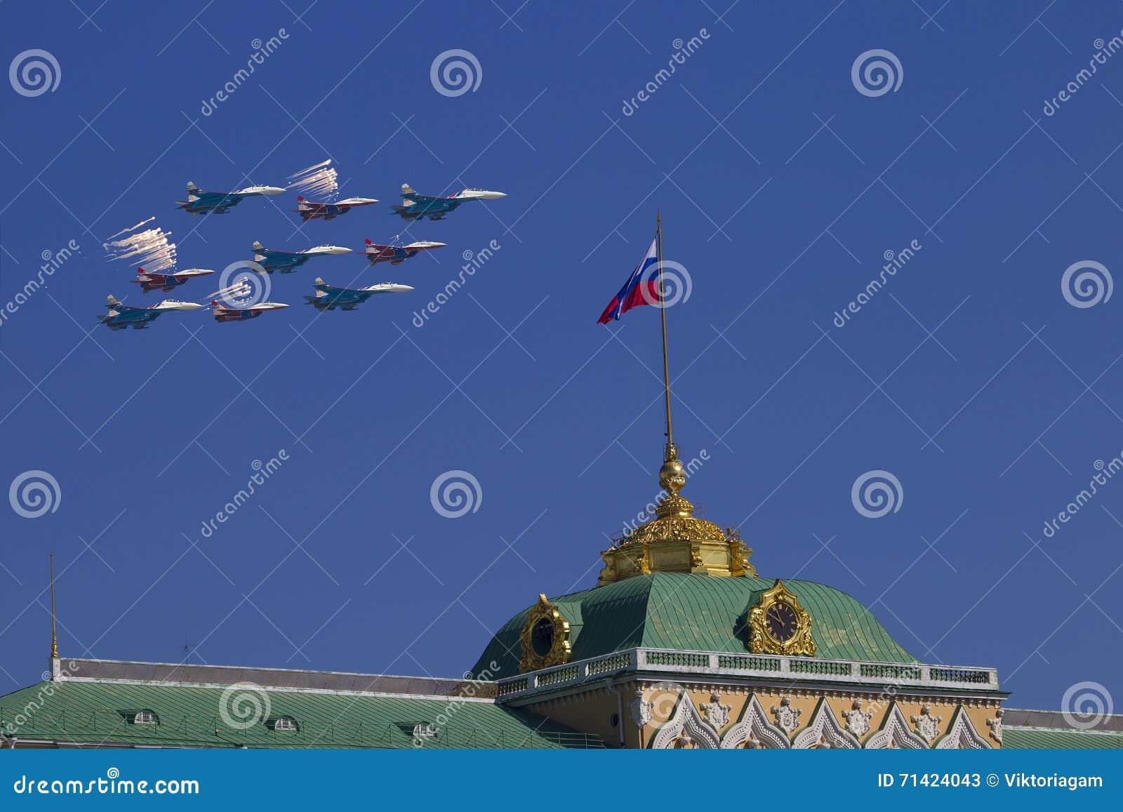 MoskvaKreml från den Sofia kajen i beröm av segern