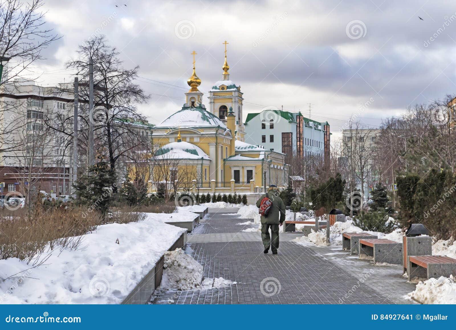 Moskwa, federacja rosyjska - Styczeń 21, 2017: Lokalizować w transfiguracja kwadrata widoku kościół od graniczącego ogródu