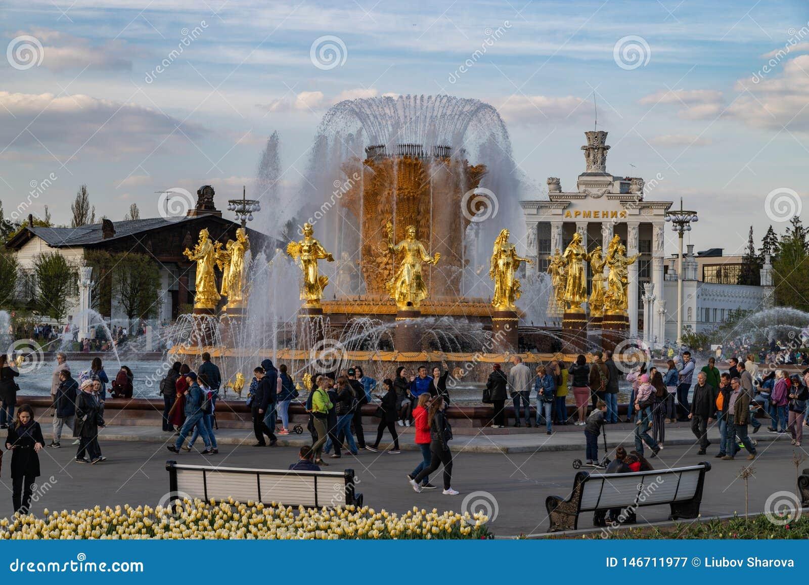 Moskwa, Maj 1, 2019 znać miejsca odtwarzania park VDNH Wspaniała fontanny przyjaźń ludzie z złotymi statuami