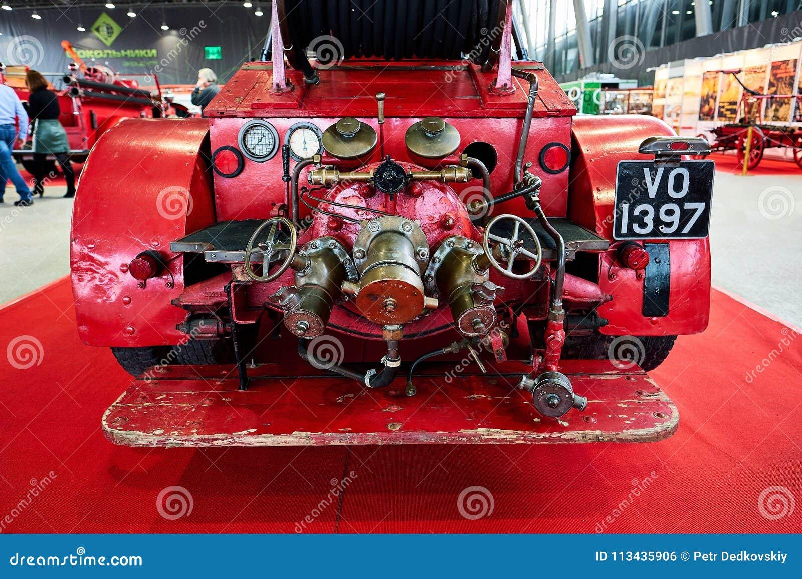 MOSKWA, MAR - 09, 2018: Dennis 1929 samochód strażacki przy powystawowym Ol