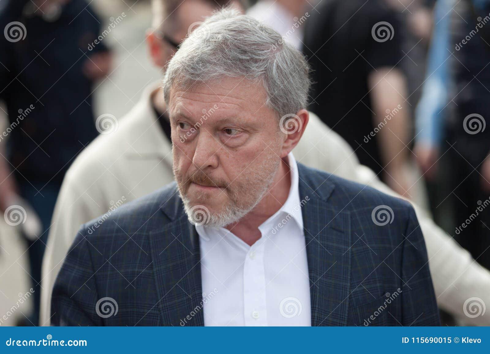 MOSKWA ROSJA, KWIECIEŃ, - 30, 2018: Polityk Grigory Yavlinsky opuszcza wiec na Sakharov alei przeciw internet cenzurze