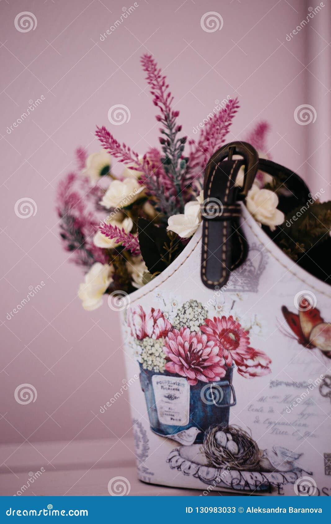 Moskwa, Rosja - 06 10 2018: lawenda kwitnie w domowej roboty koszu na różowym tle, domowy wystrój