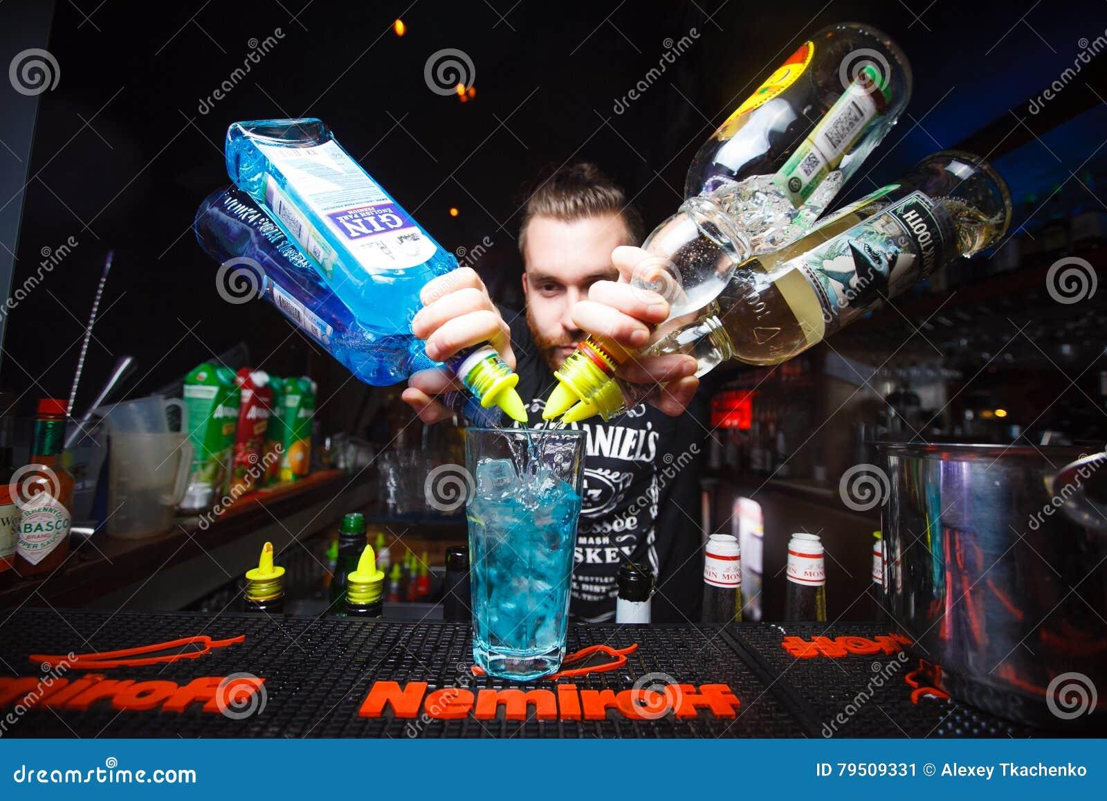 MOSKWA ROSJA, LISTOPAD, - 10, 2016: Barman przygotowywa alkoholicznego koktajl na prętowym Nemiroff