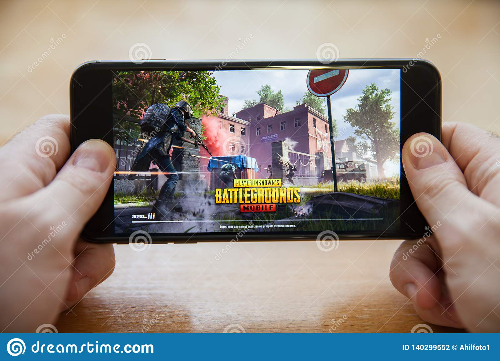 Moskwa, Rosja, Luty/- 24, 2019: ładownicza pubg gra na czarnym smartphone w męskich rękach