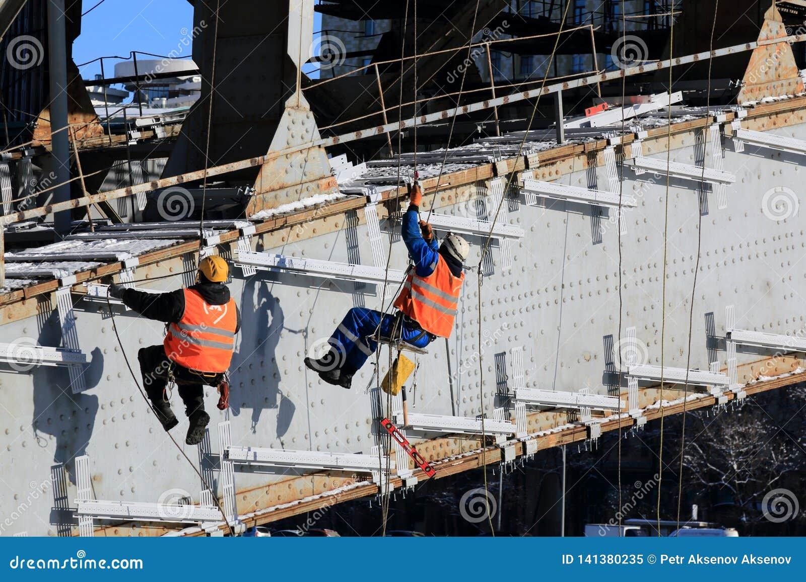 Moskwa Rosja, Luty, - 14, 2019: Pracownicy wykonują pracę w zimie w zimnej pogodzie