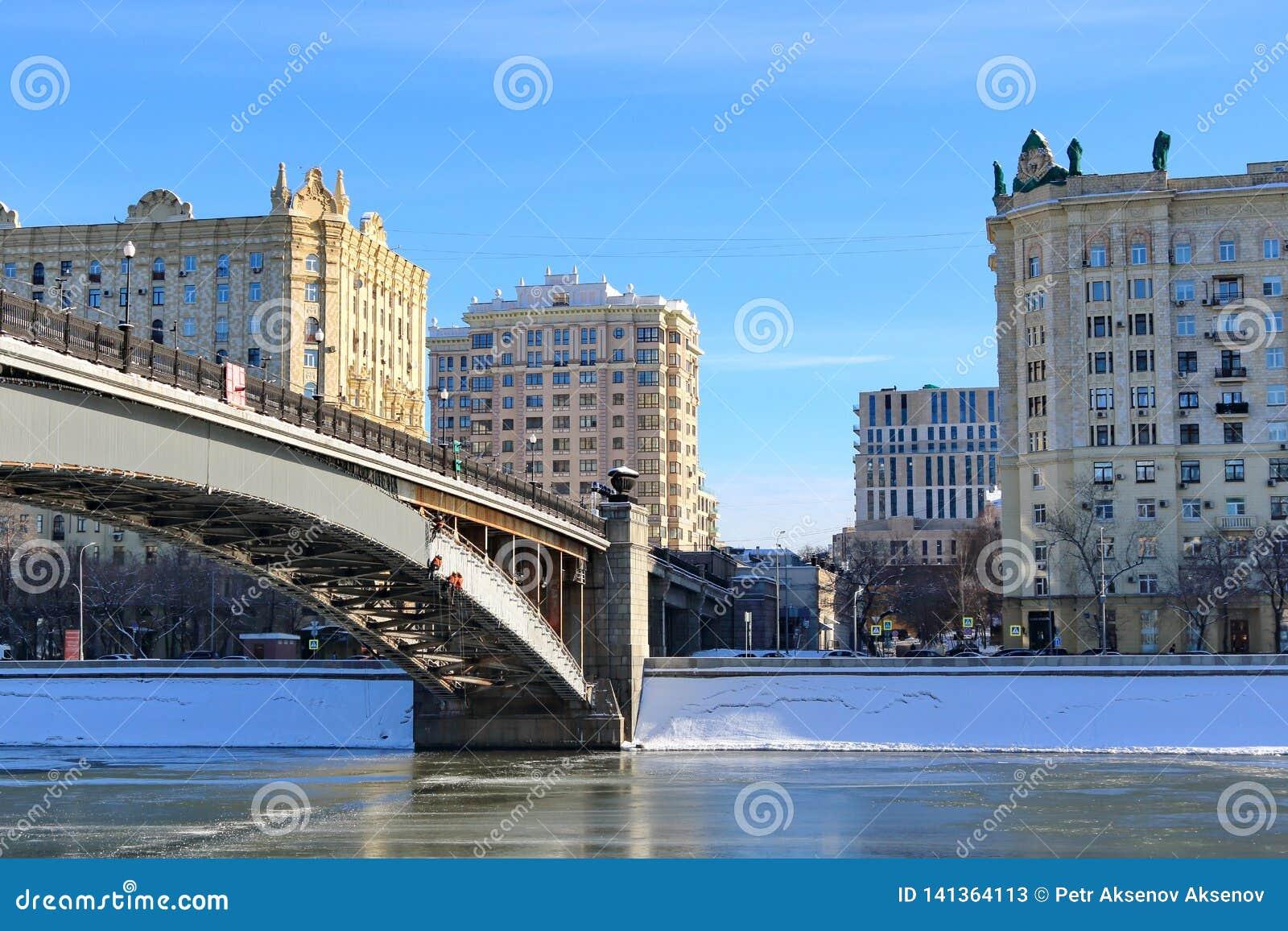 Moskwa Rosja, Luty, - 14, 2019: Smolensky metra most i Smolenskaya bulwar