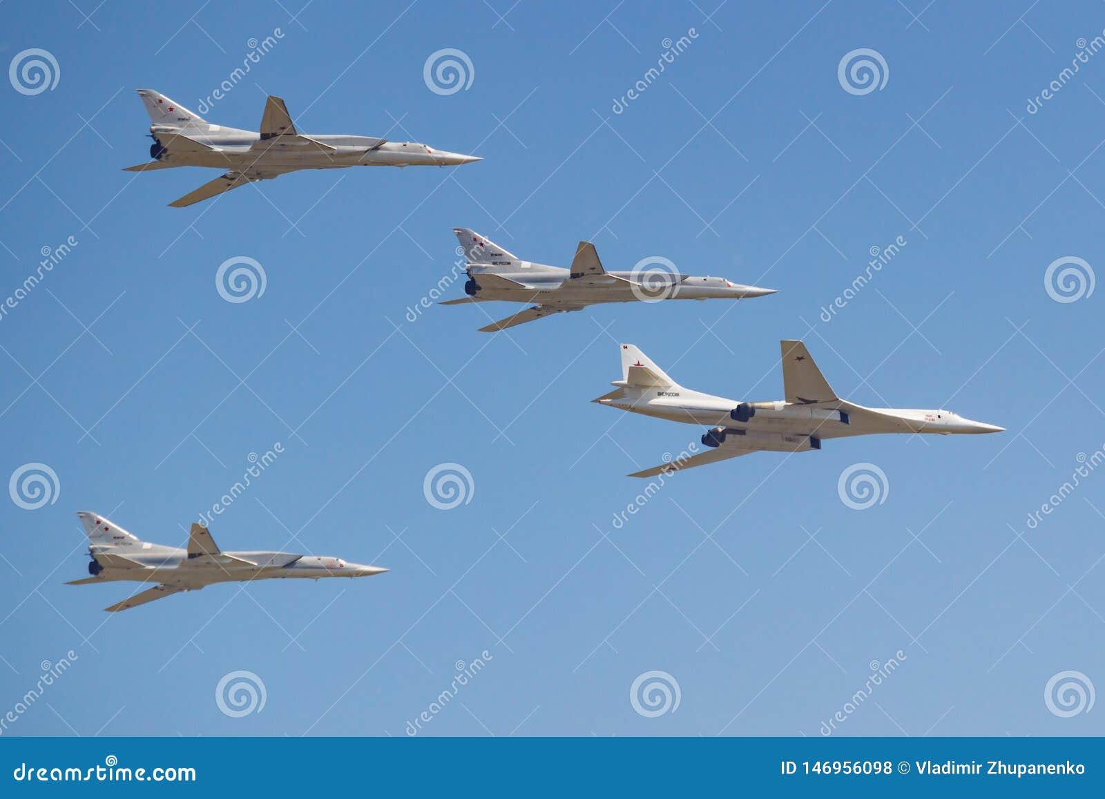 Moskwa Rosja, Maj, - 07, 2019: Naddźwiękowy strategiczny pociska przewoźnik TU-160M towarzyszący dalekonośnym naddźwiękowym pocis