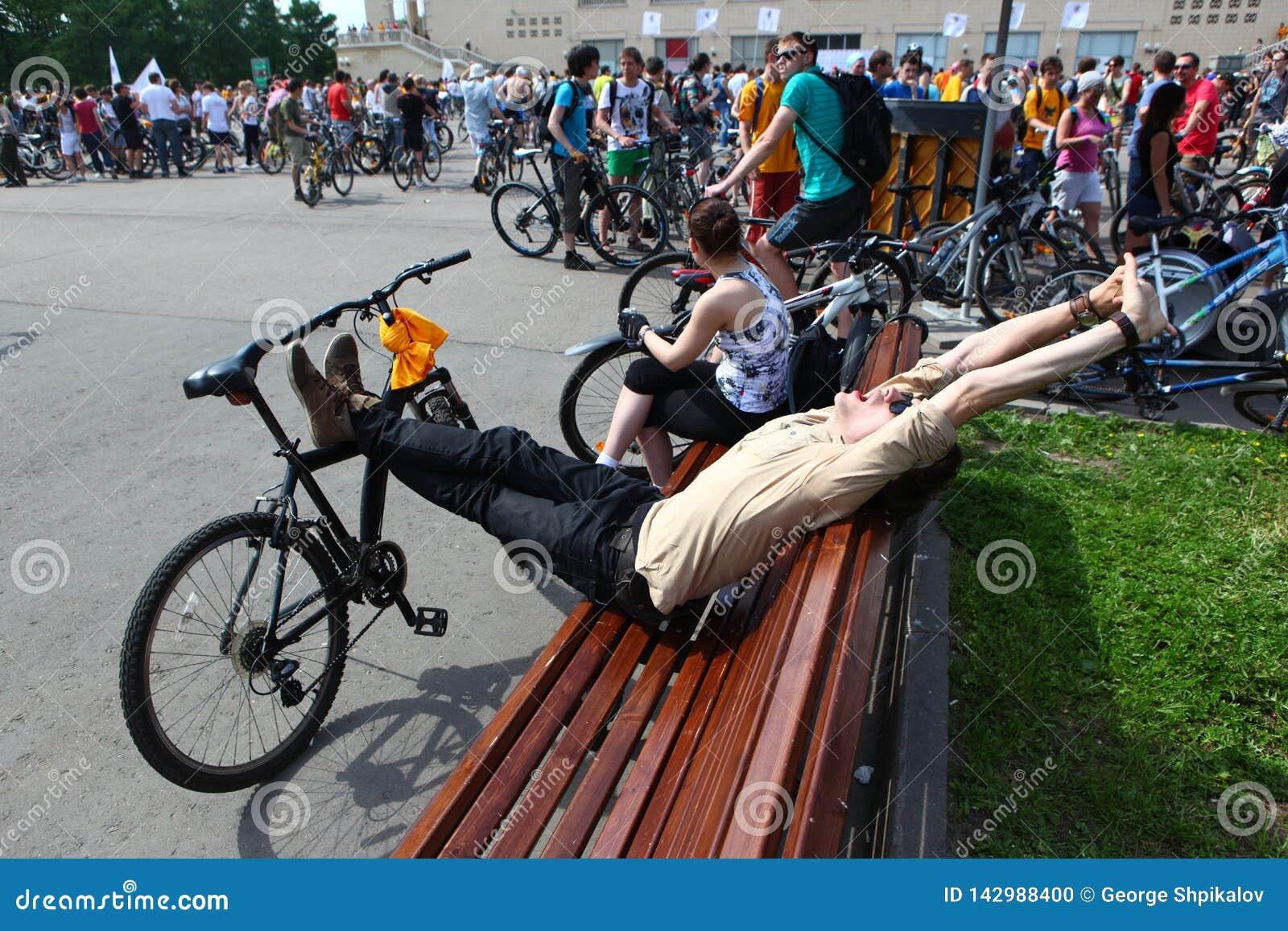 MOSKWA, ROSJA - 20 2002 Maj: Tradycyjna miasta kolarstwa parada, uczestnik streching przed początkiem