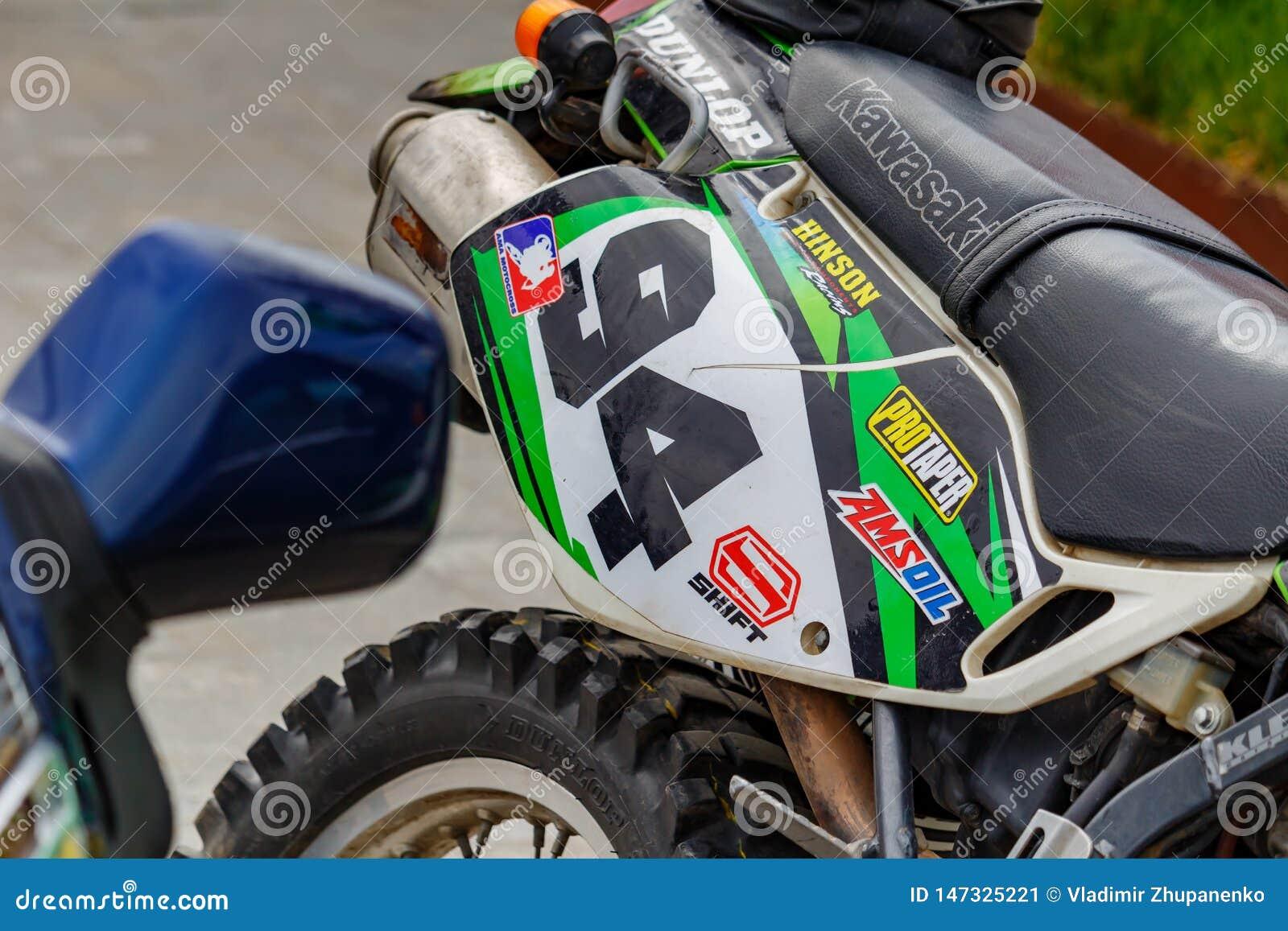 Moskwa Rosja, Maj, - 04, 2019: Tylni koła i wydmuchowego systemu drymba Kawasaki bawi się motocyklu zbliżenie Moto festiwal MosMo