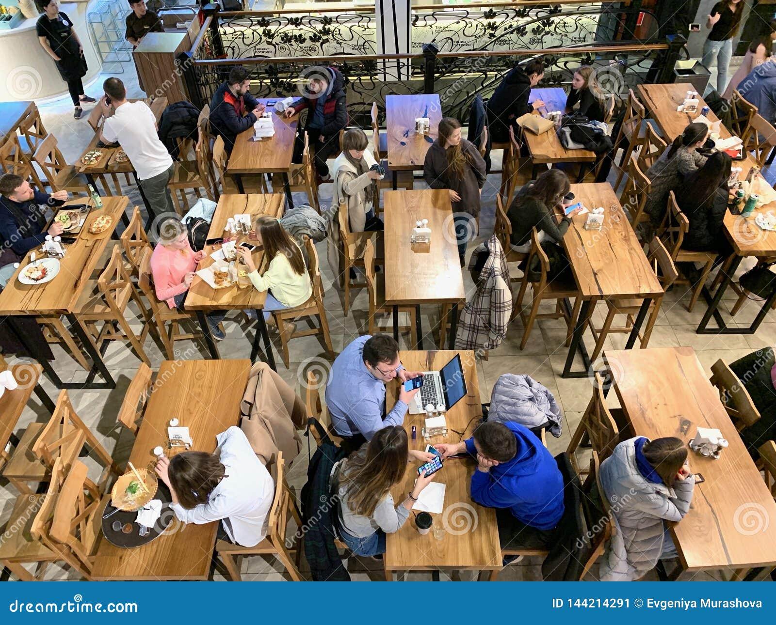 Moskwa, Rosja, Marzec 2019 Środkowy rynek, stacja metra «Tsvetnoy bulwar « Ludzie przy pora lunchu łasowaniem w restauracji, fa