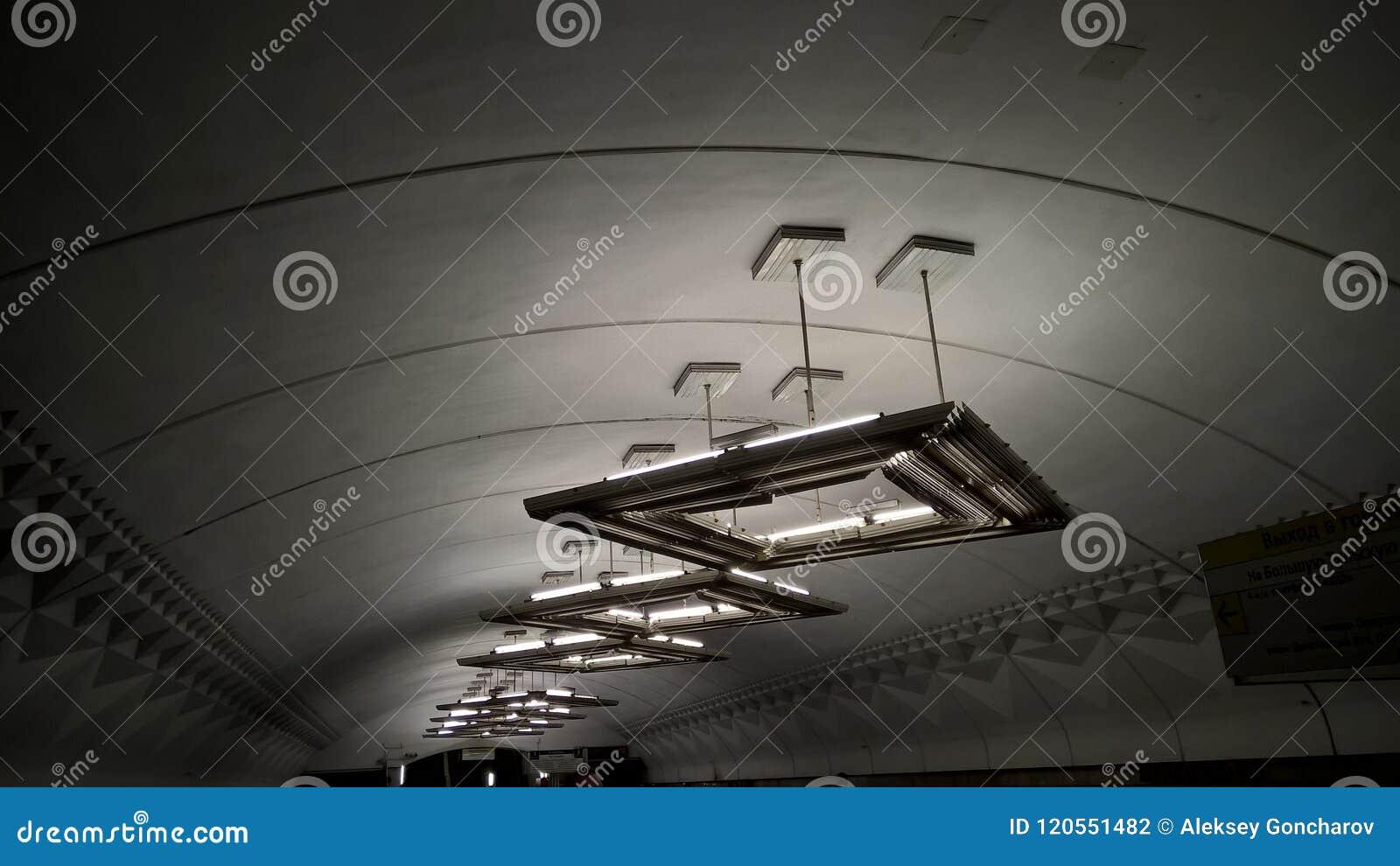 Moskwa, Rosja, metropolita, ` Tulskaya ` stacja metru, lampy - UFO