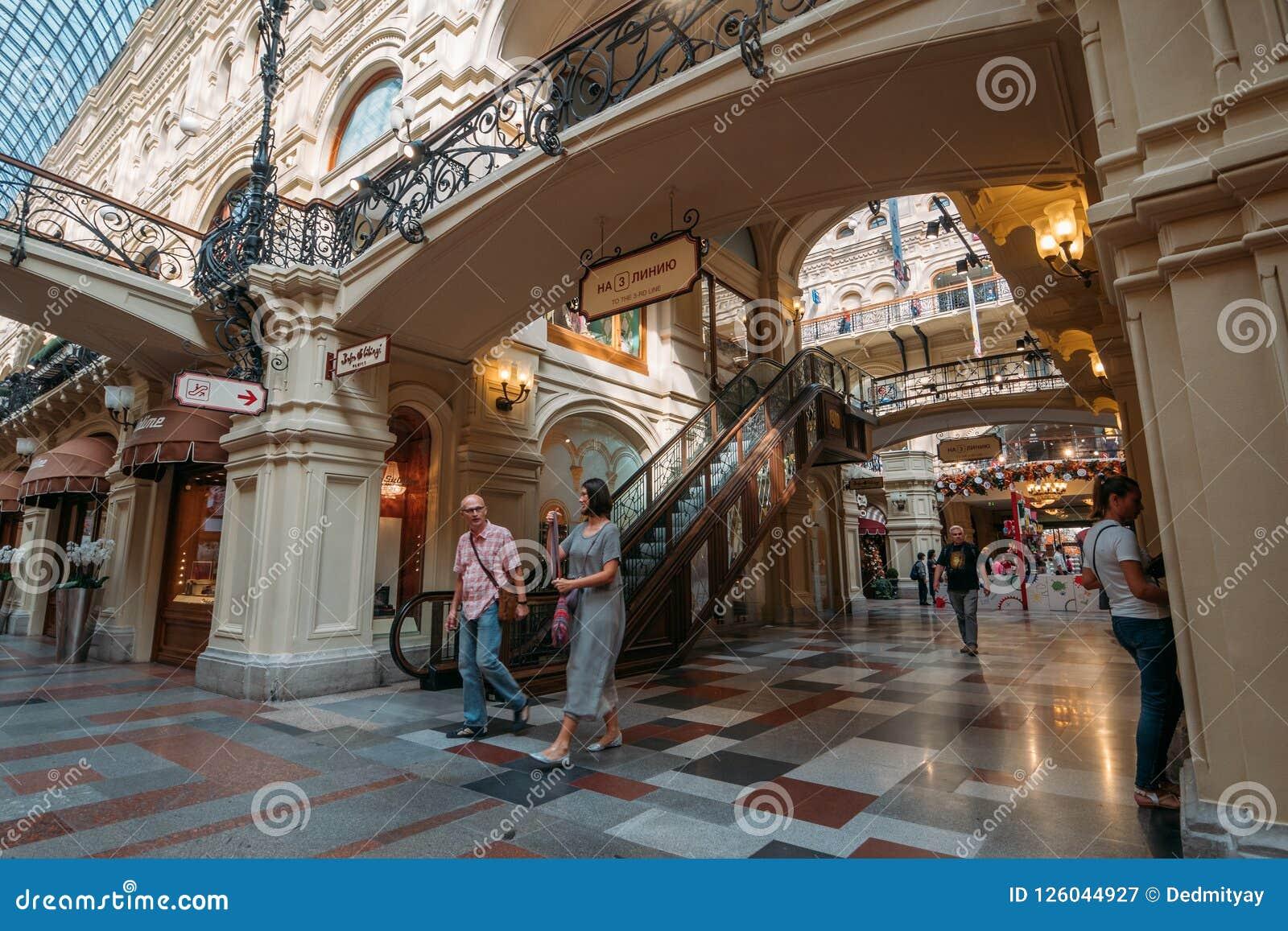 Moskwa Rosja, Wrzesień, - 2018: Wnętrze dziąsło, Moskwa Środkowy Ogólnoludzki Wydziałowy sklep, Wielki centrum handlowe w centrum