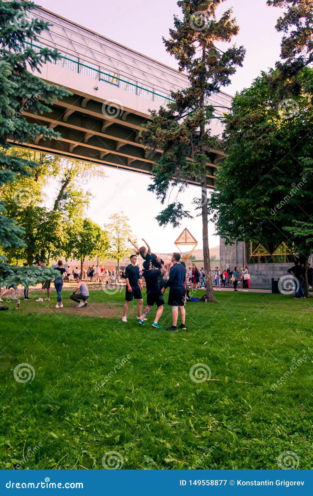 Moskwa, Russia-06 01 2019: cheerleaders trenuje w parku na trawie