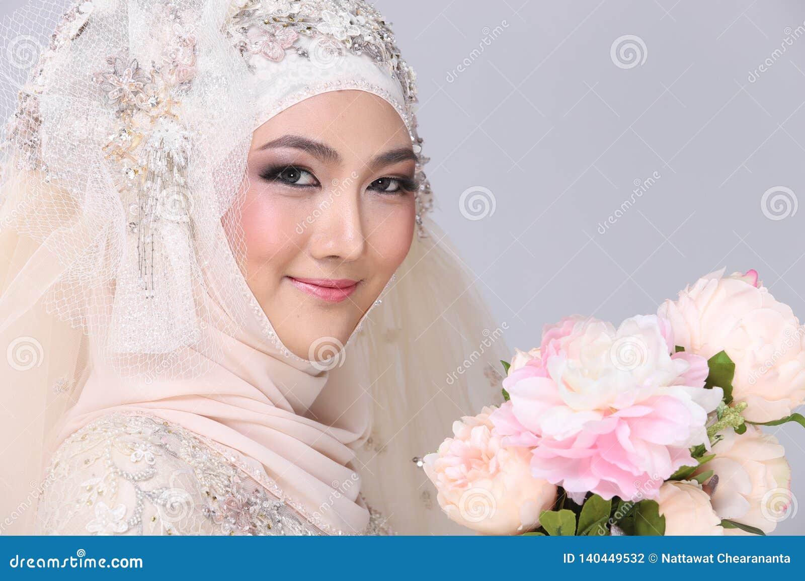 Moslemische Arabische Braut Im Spitze-Perlenhochzeitskleid