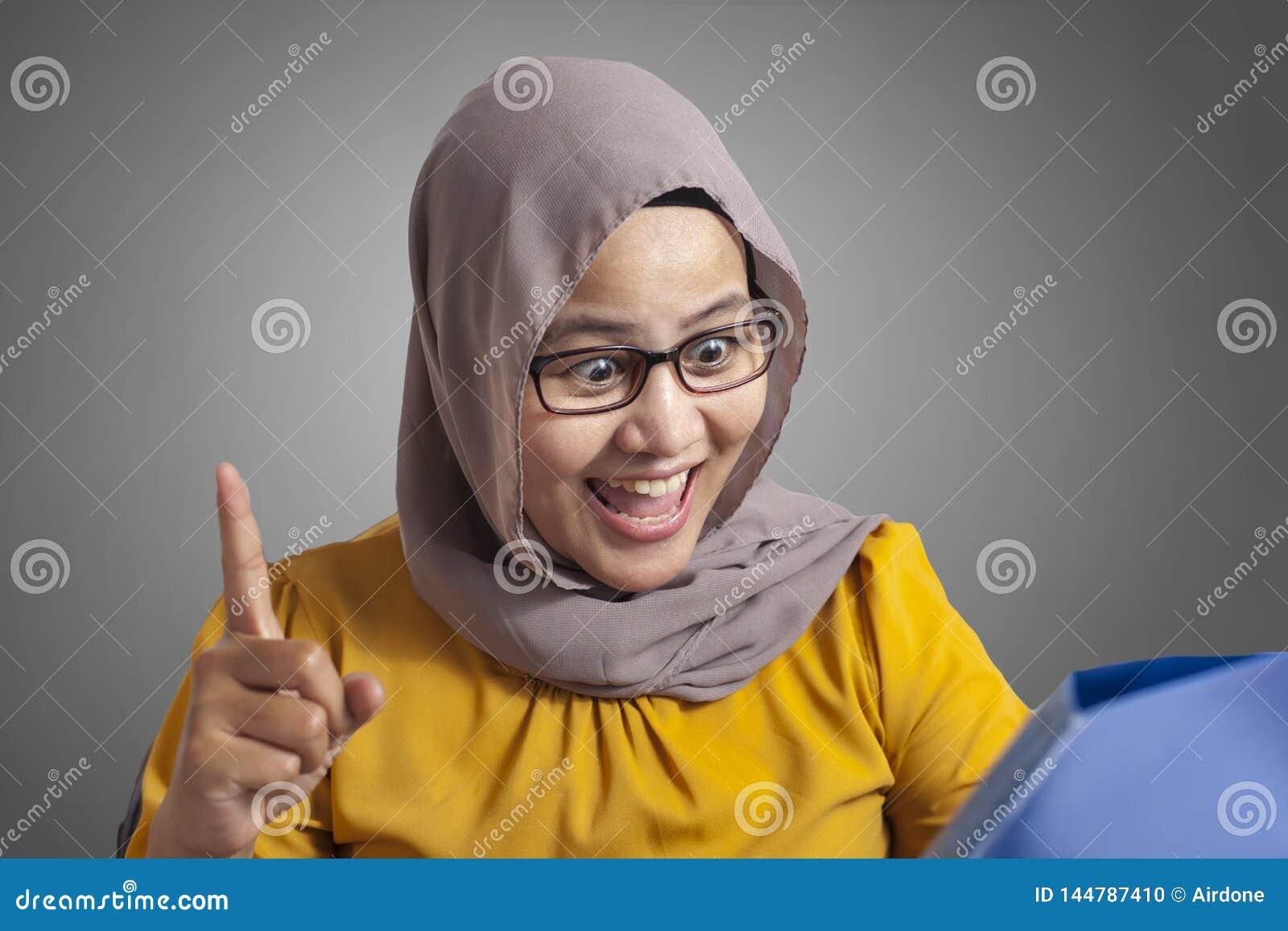 Moslemische Gesch?ftsfrau Working auf Laptop im B?ro, denkende Geste