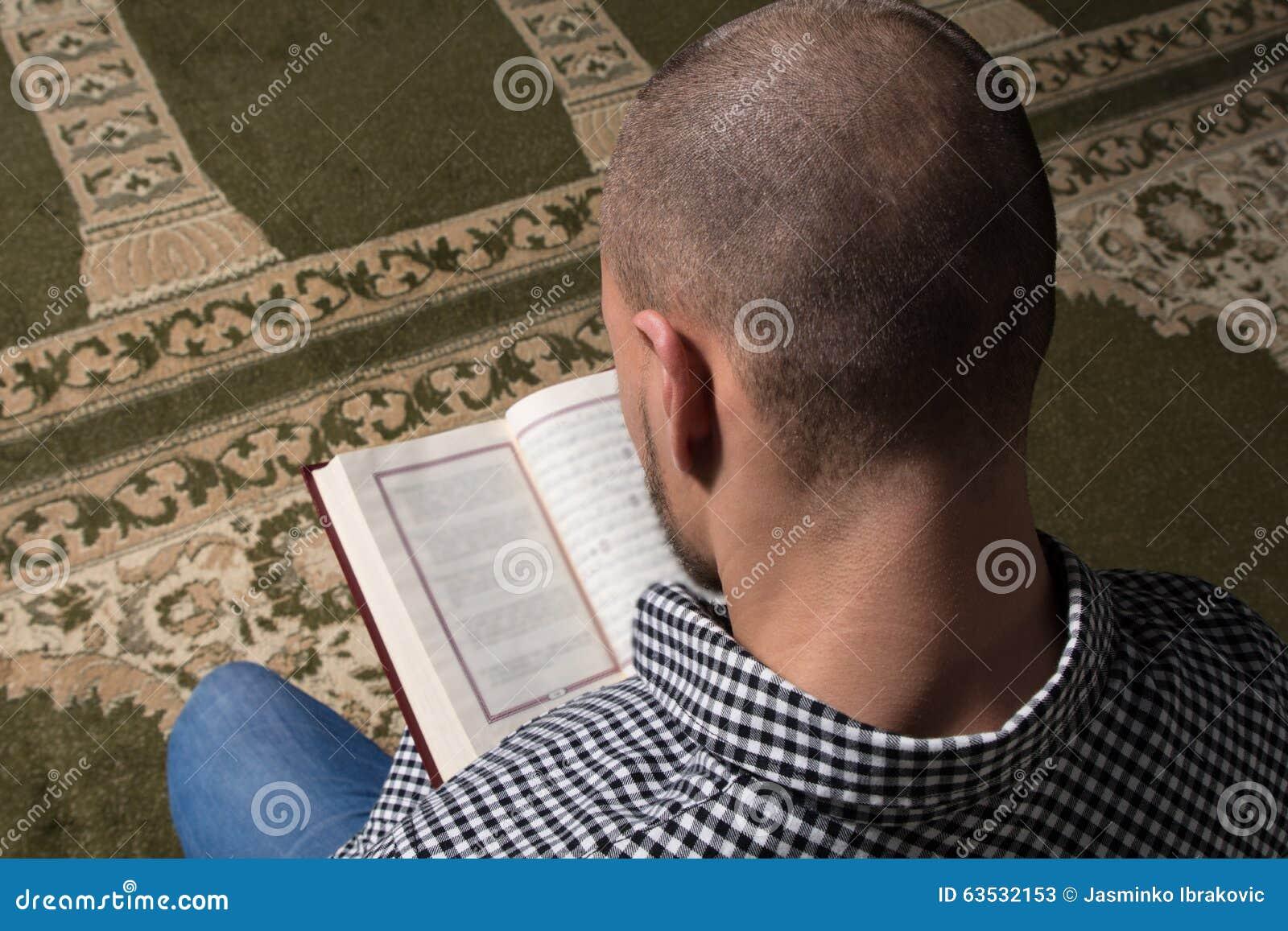 Moslemischer Mann, Der Den Heiligen Islamischen Buch-Koran