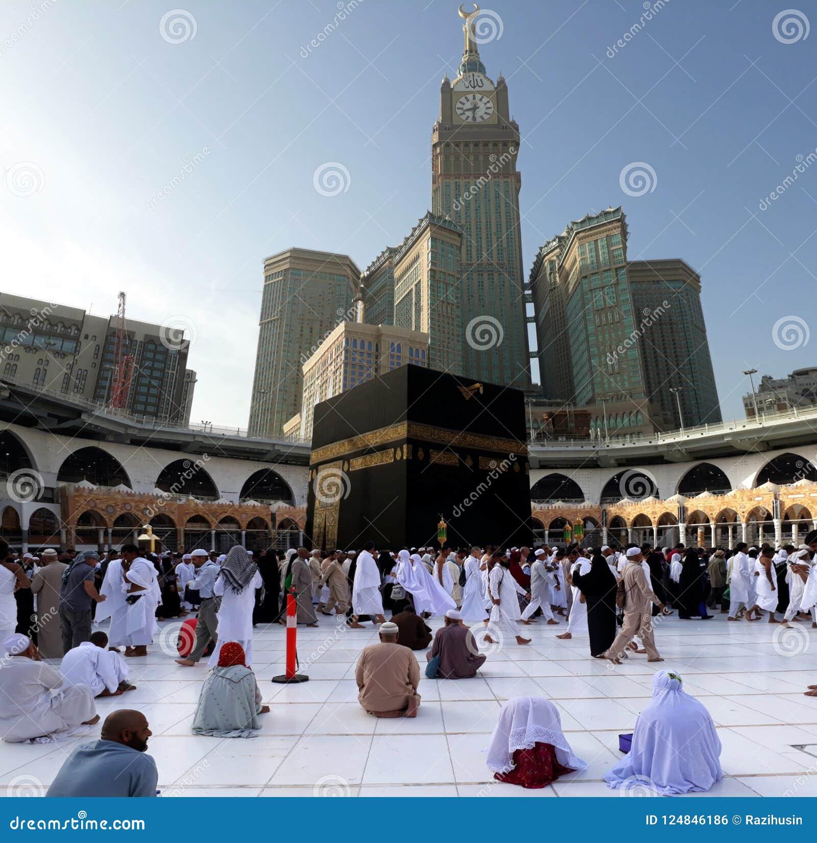 Moslems, die morgens tawaf bei heiligem Kaabah durchführen Moslems stellen die Richtung von Kaaba gegenüber, wenn sie Gebet durch