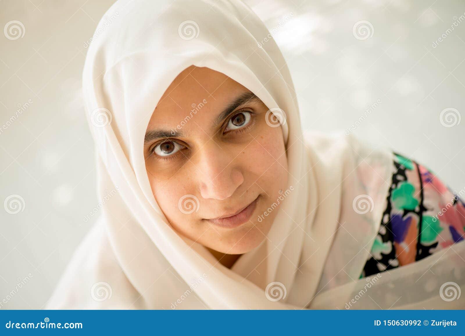 Moslim Arabische vrouw die camera bekijken