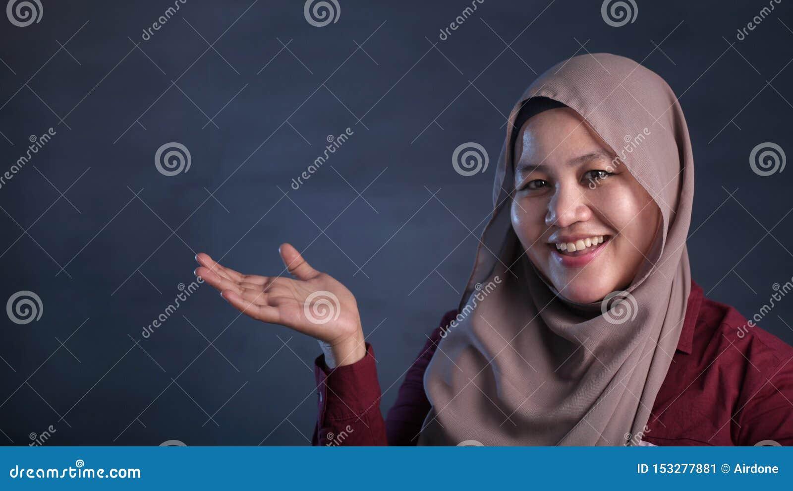 Moslimdame Presenting Something aan Haar Kant met Exemplaarruimte