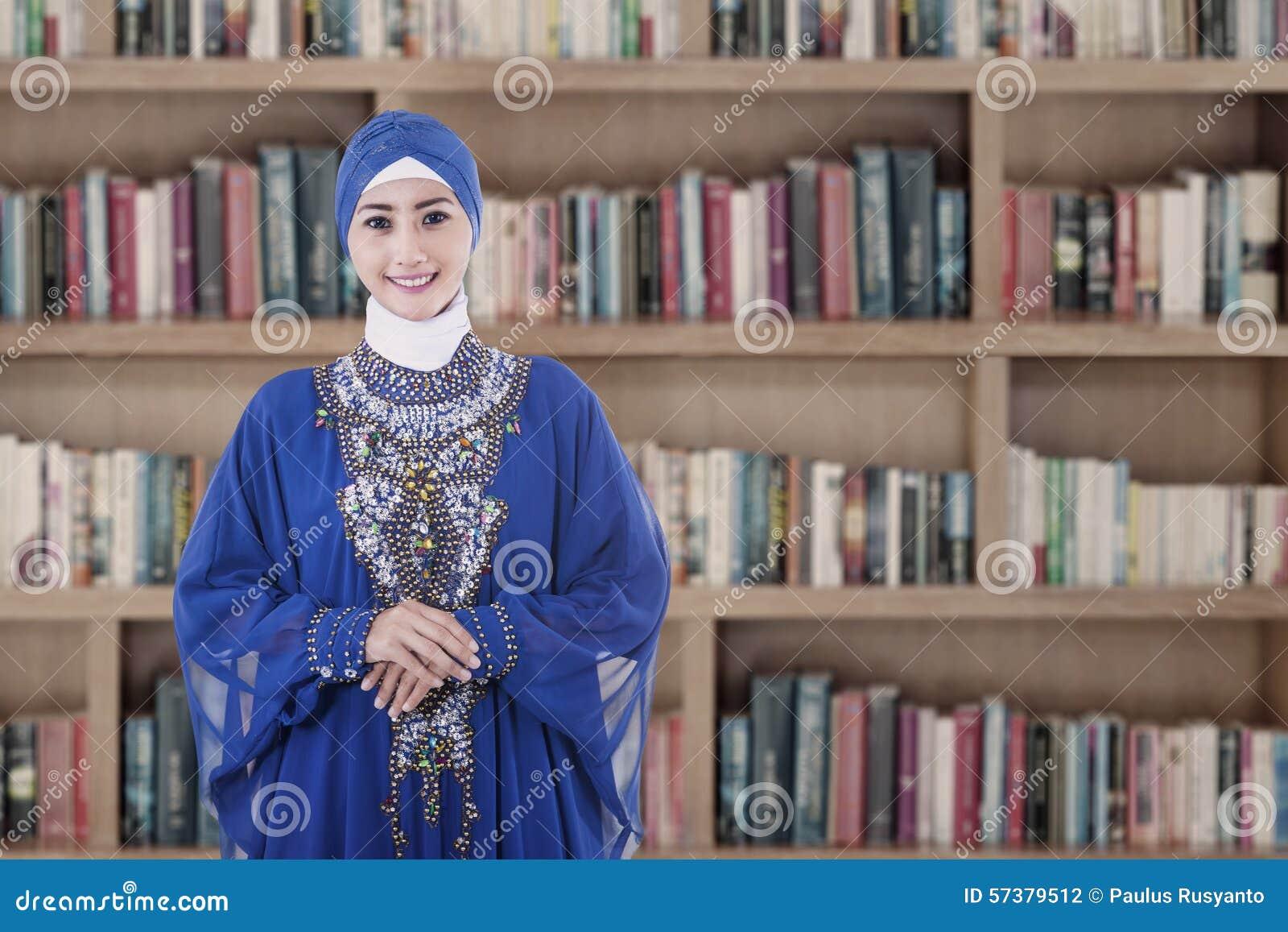 Moslimstudent in bibliotheek
