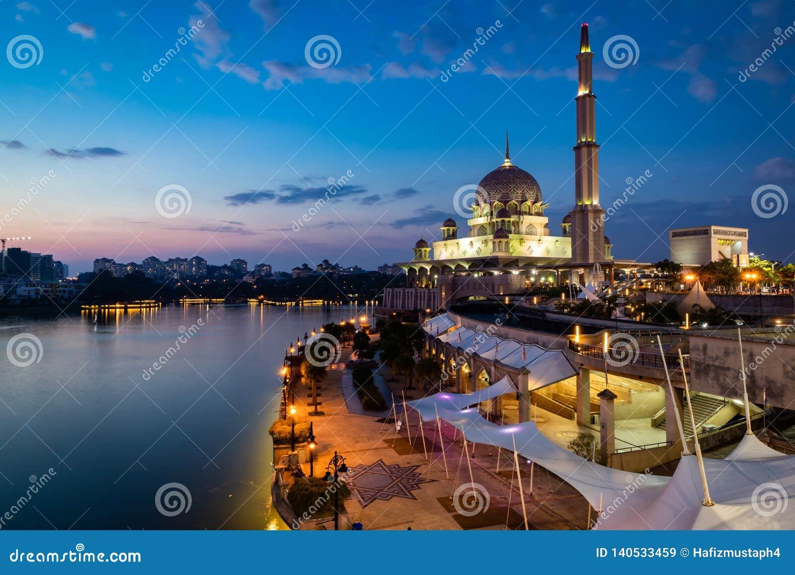 Mosquée de Putra pendant l heure bleue Longue exposition