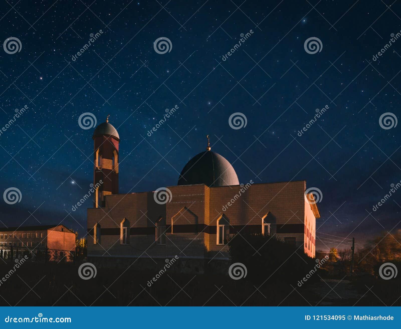 Mosquée lumineuse à la nuit avec le ciel et les étoiles fantastiques