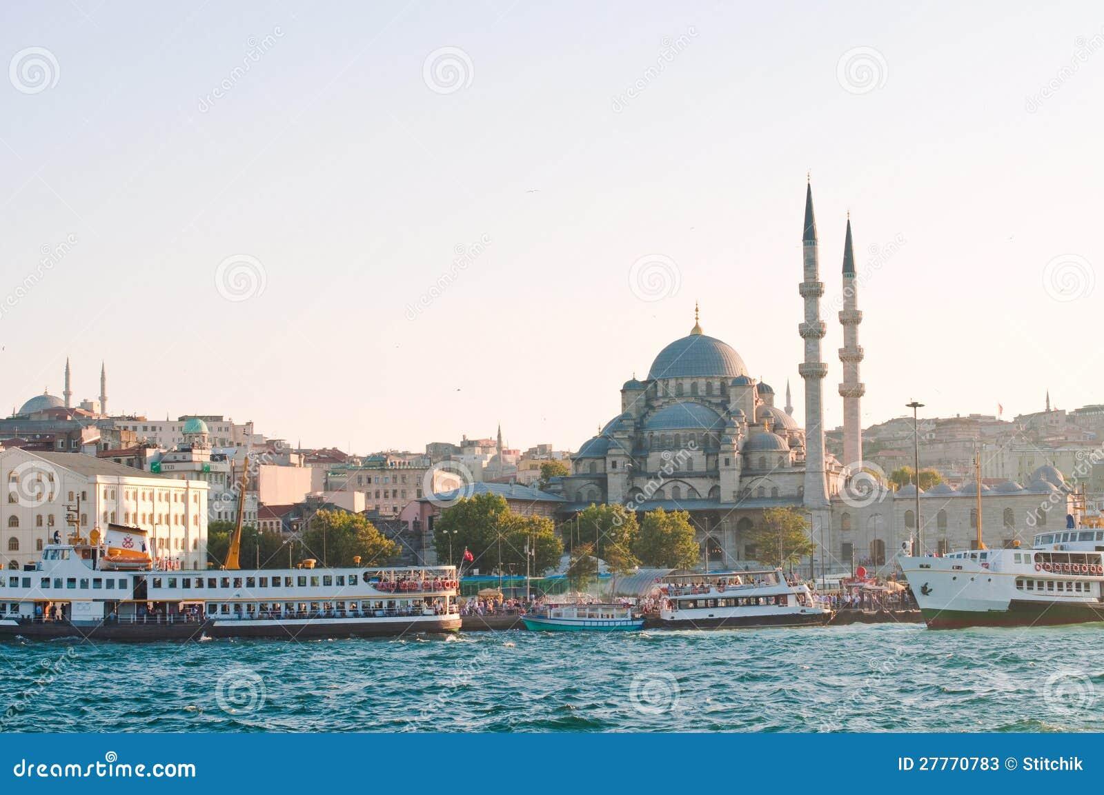 Mosquée neuve sur le coucher du soleil. Istanbul. La Turquie