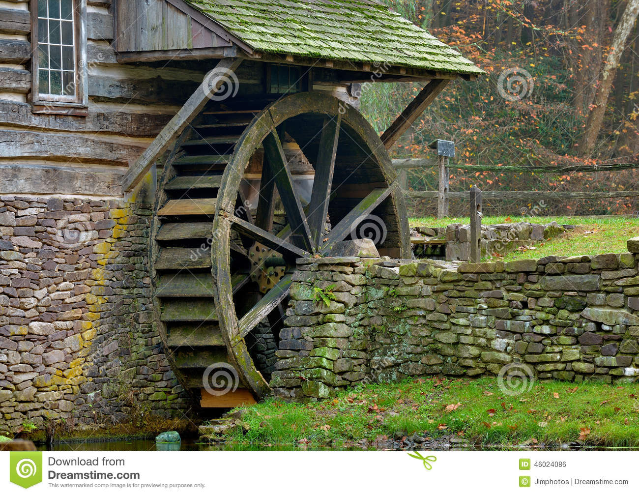Moss covered water wheel and stone retaining wall of a - Muro de agua ...