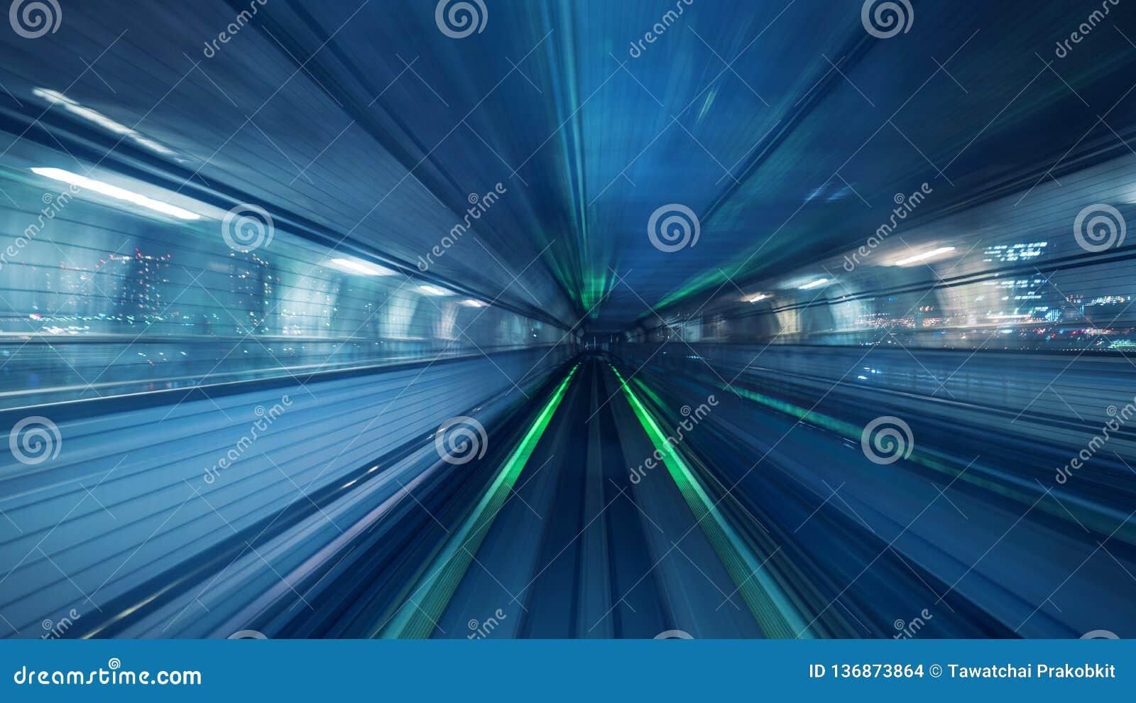 Mosso del treno automatico che si muove dentro il tunnel a Tokyo, Giappone