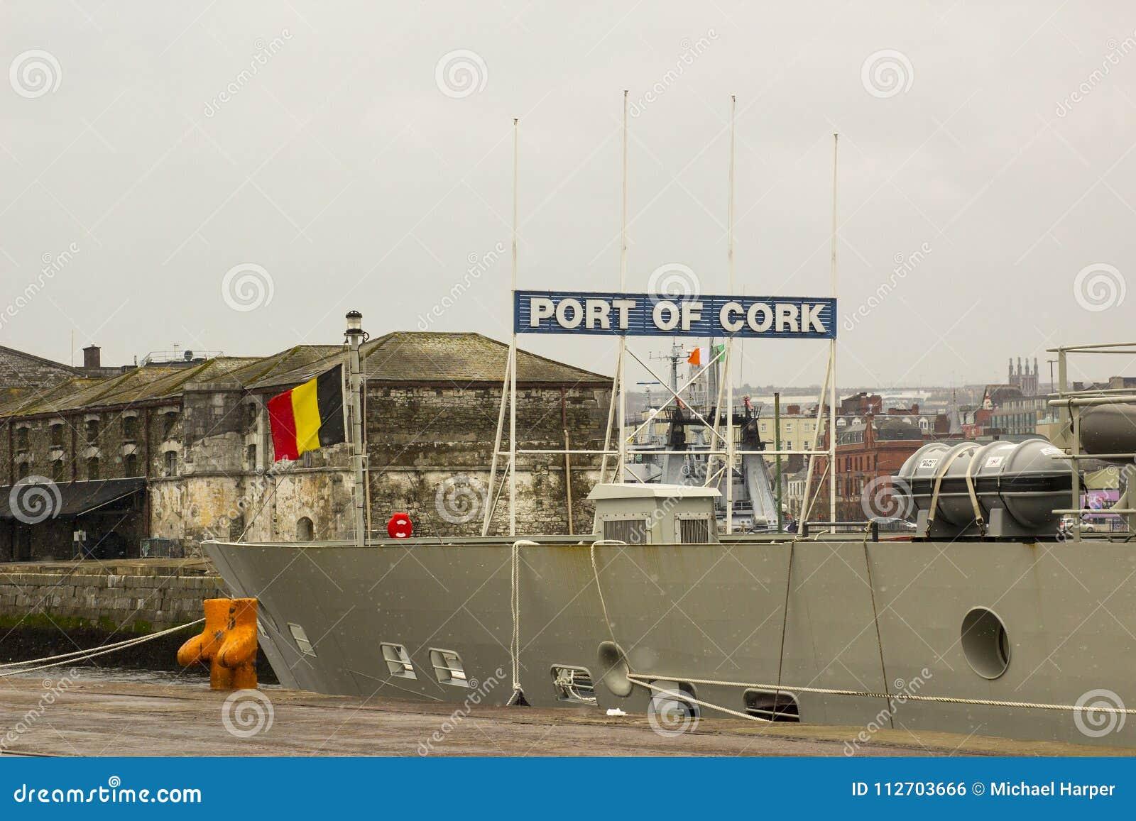 Most Belgijski statku wojennego Rycynowy berthed przy Kennedy nabrzeżem w mieście Korkowy schronienie Irlandia i nadbudowa
