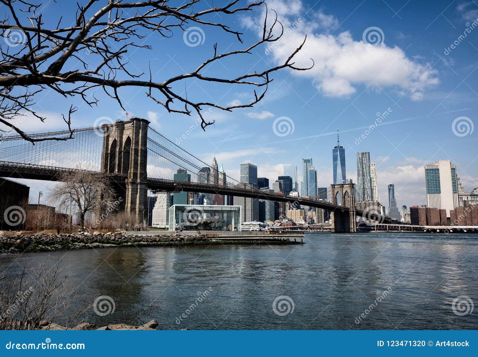 Most Brooklyński z Miasto Nowy Jork linią horyzontu