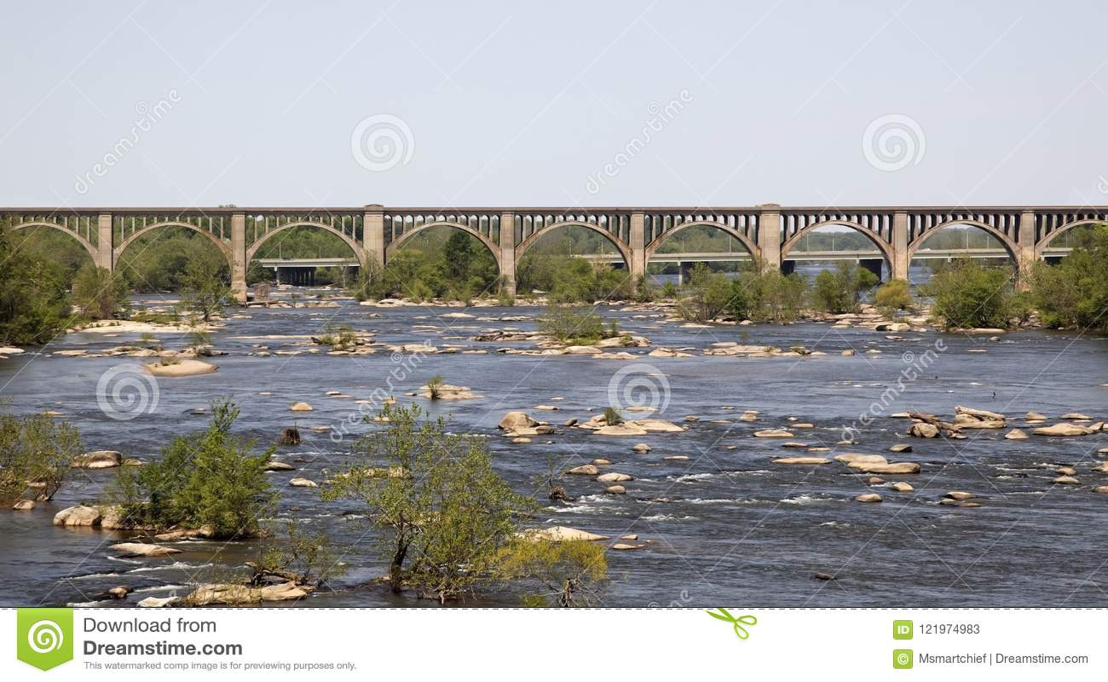 Most nad linii kolejowej rzeką