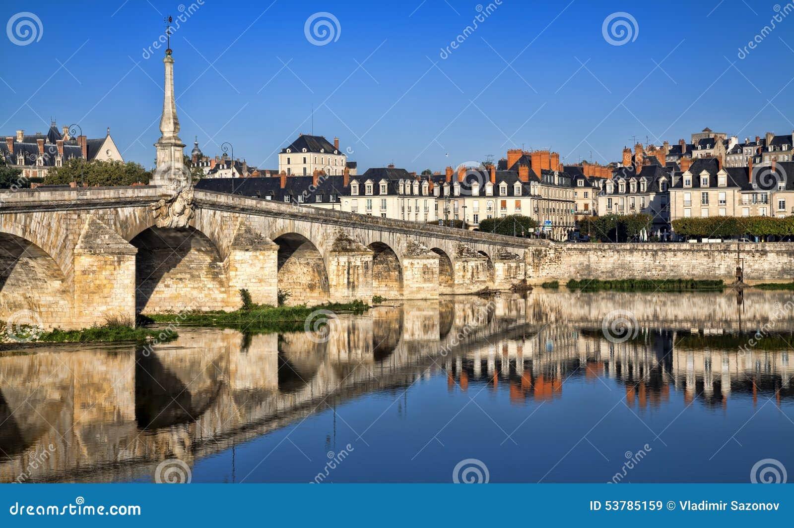 Most nad Loire rzeką w Blois