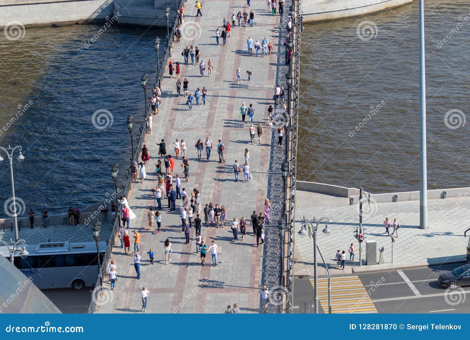 Most nad Moskwa rzeką z odprowadzeń ludźmi