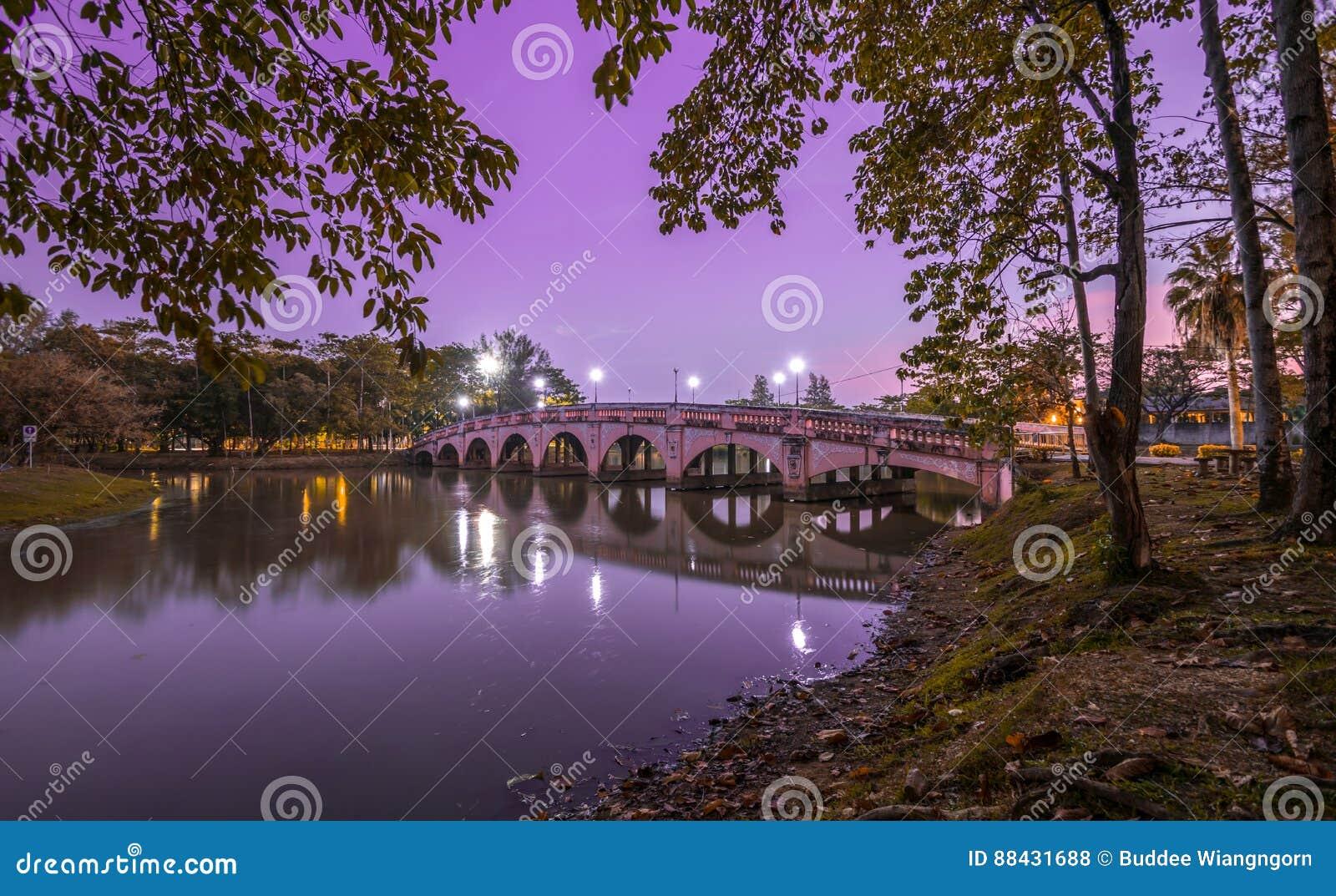 Most nad nocy rzeką z światła nieba tłem