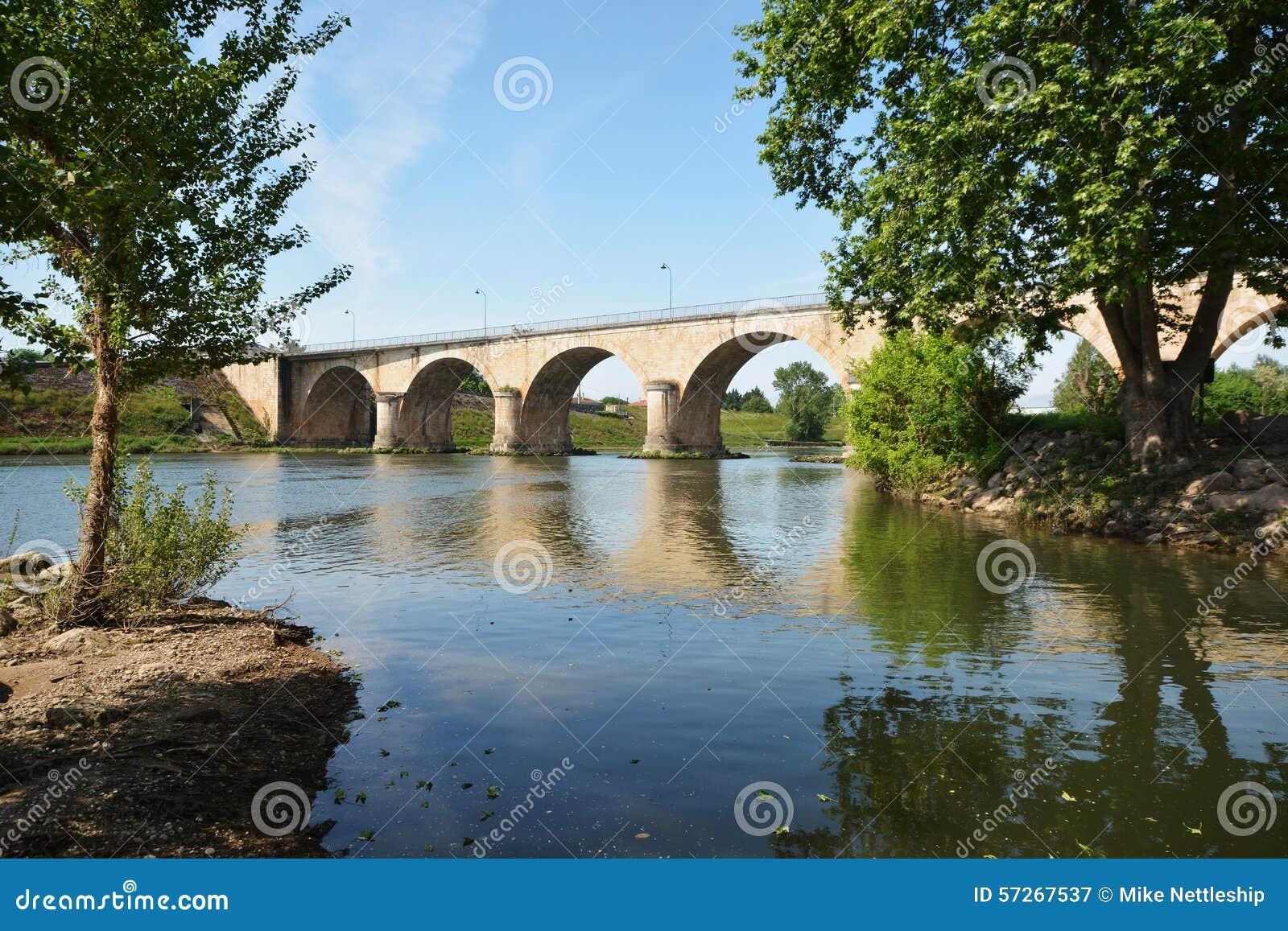 Most nad rzecznym Le Udział w Francja