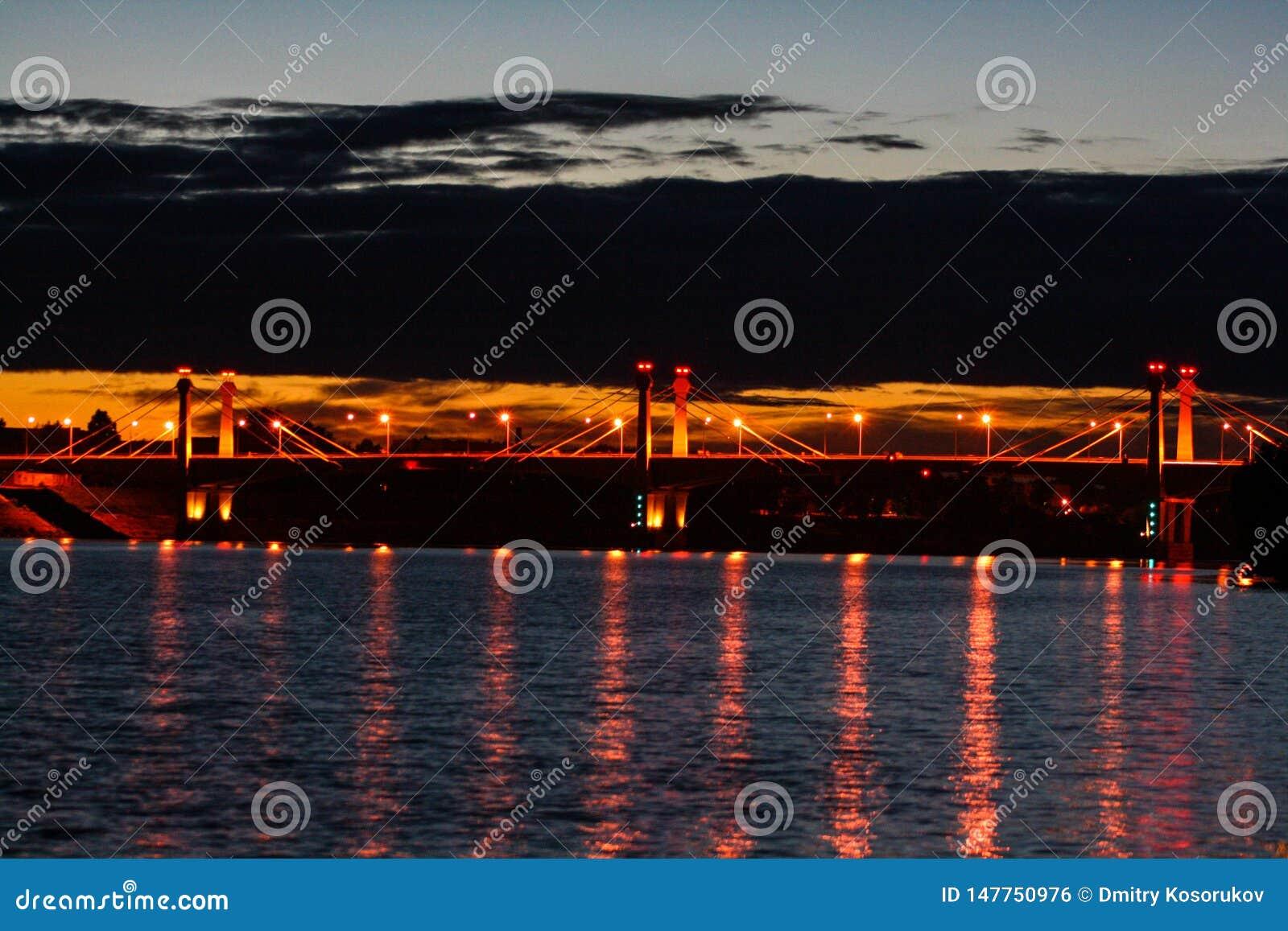 Most nad rzek? przy noc?