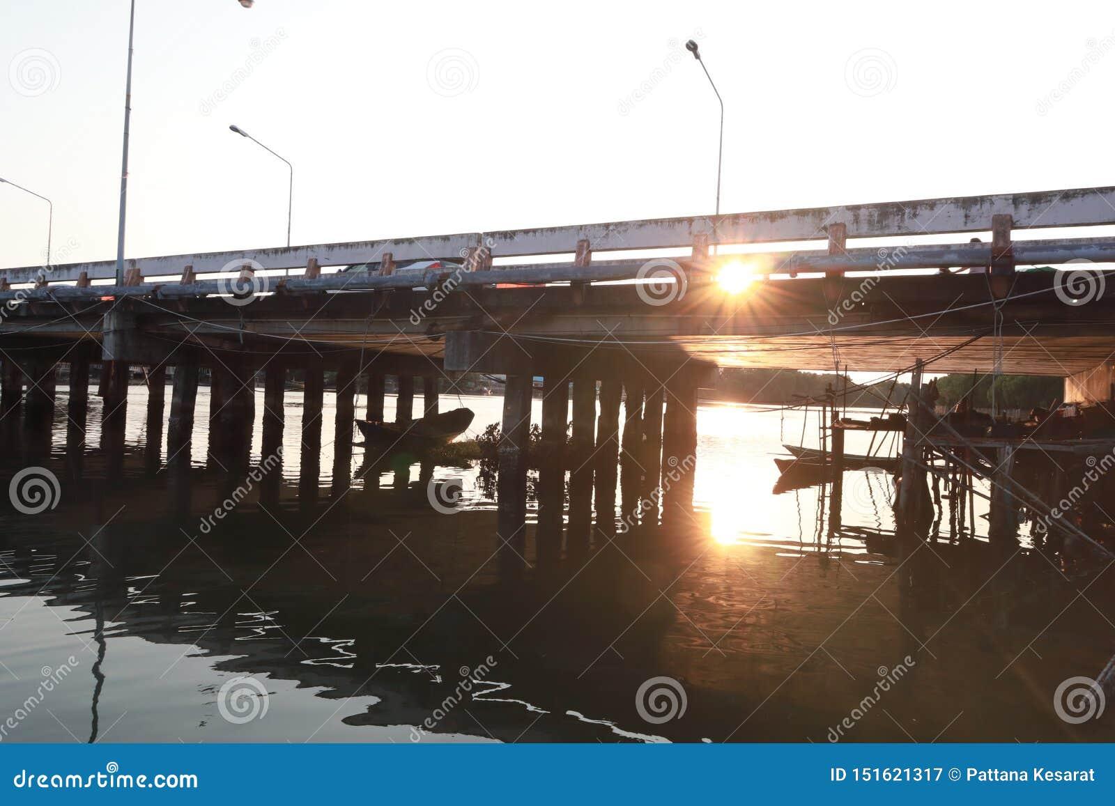 Most nad zmierzchem i rzeką