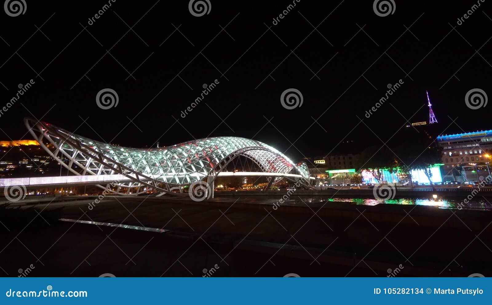 Most pokój w Tbilisi, Gruzja przy nocą