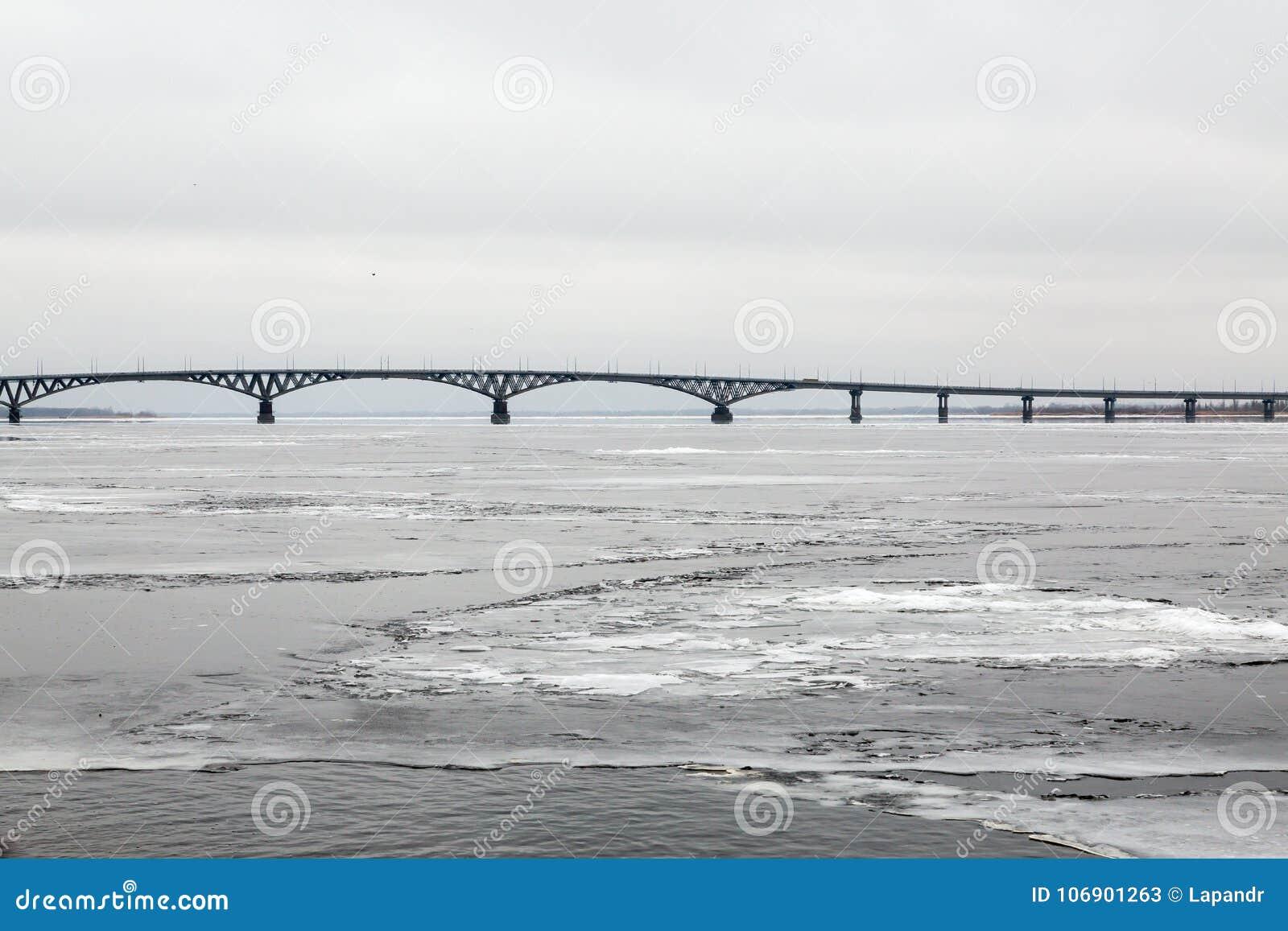 Most przez Volga rzekę między miastami Saratov i Engels Lód na rzece Rosja