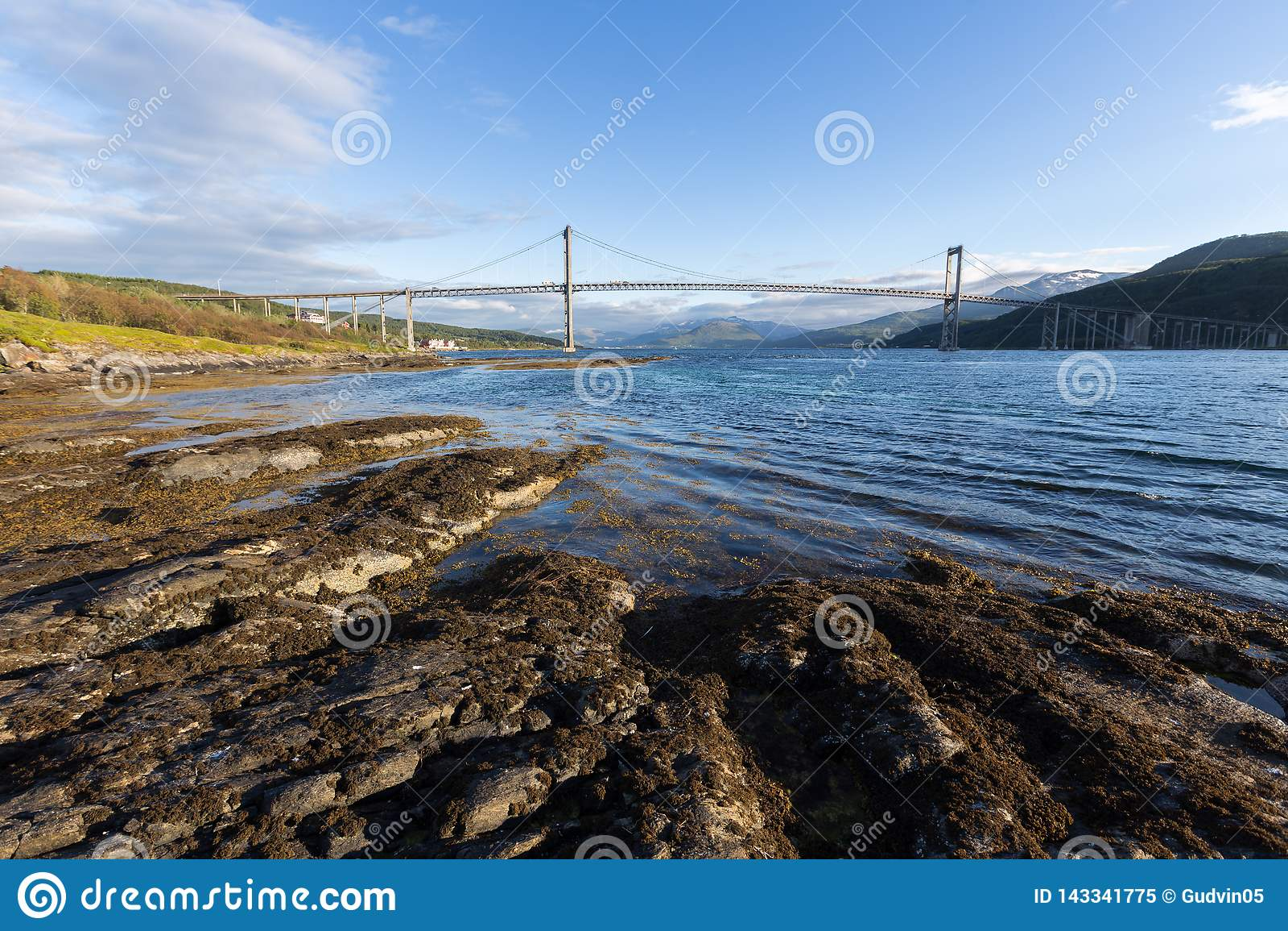 Most przy zmierzchu czasem Droga i trasport Naturalny krajobraz w Lofoten wyspach, Norwegia