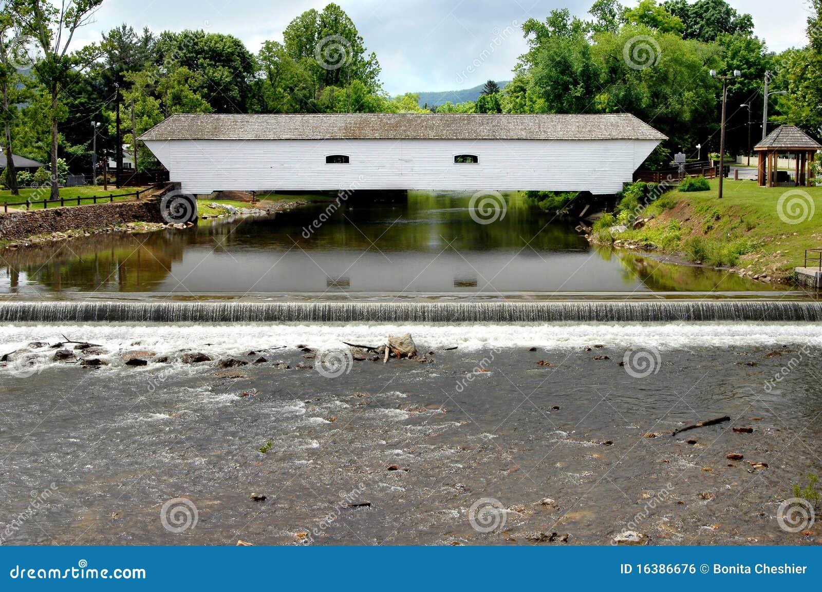 Most zakrywający spadek