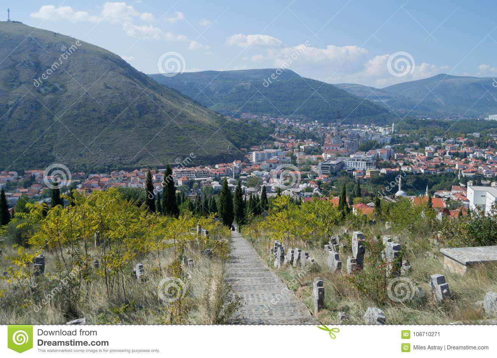 Mostar gammal stad och ny stadpanorama med kyrkogården och berget