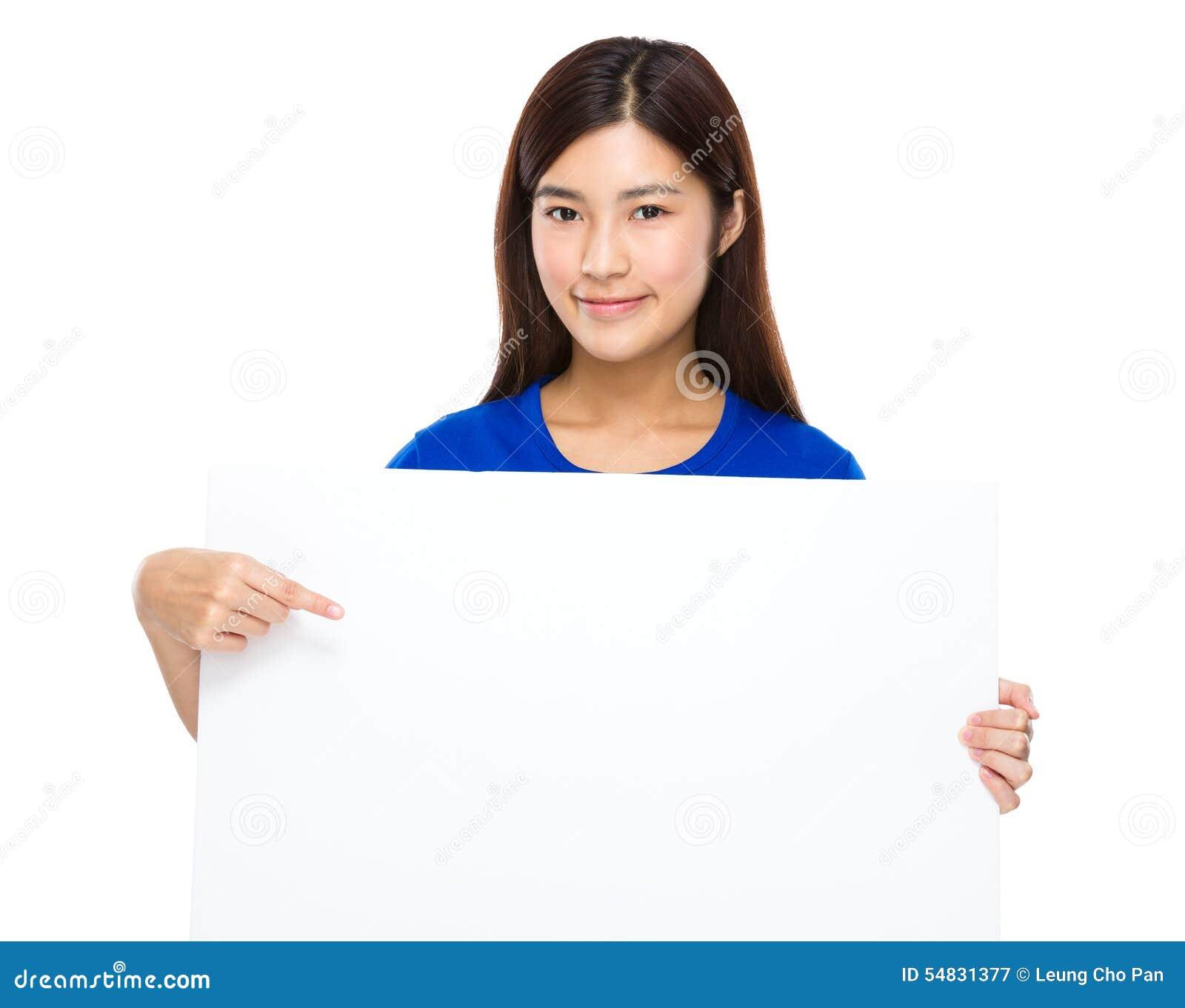 Mostra asiática da mulher com o quadro de avisos