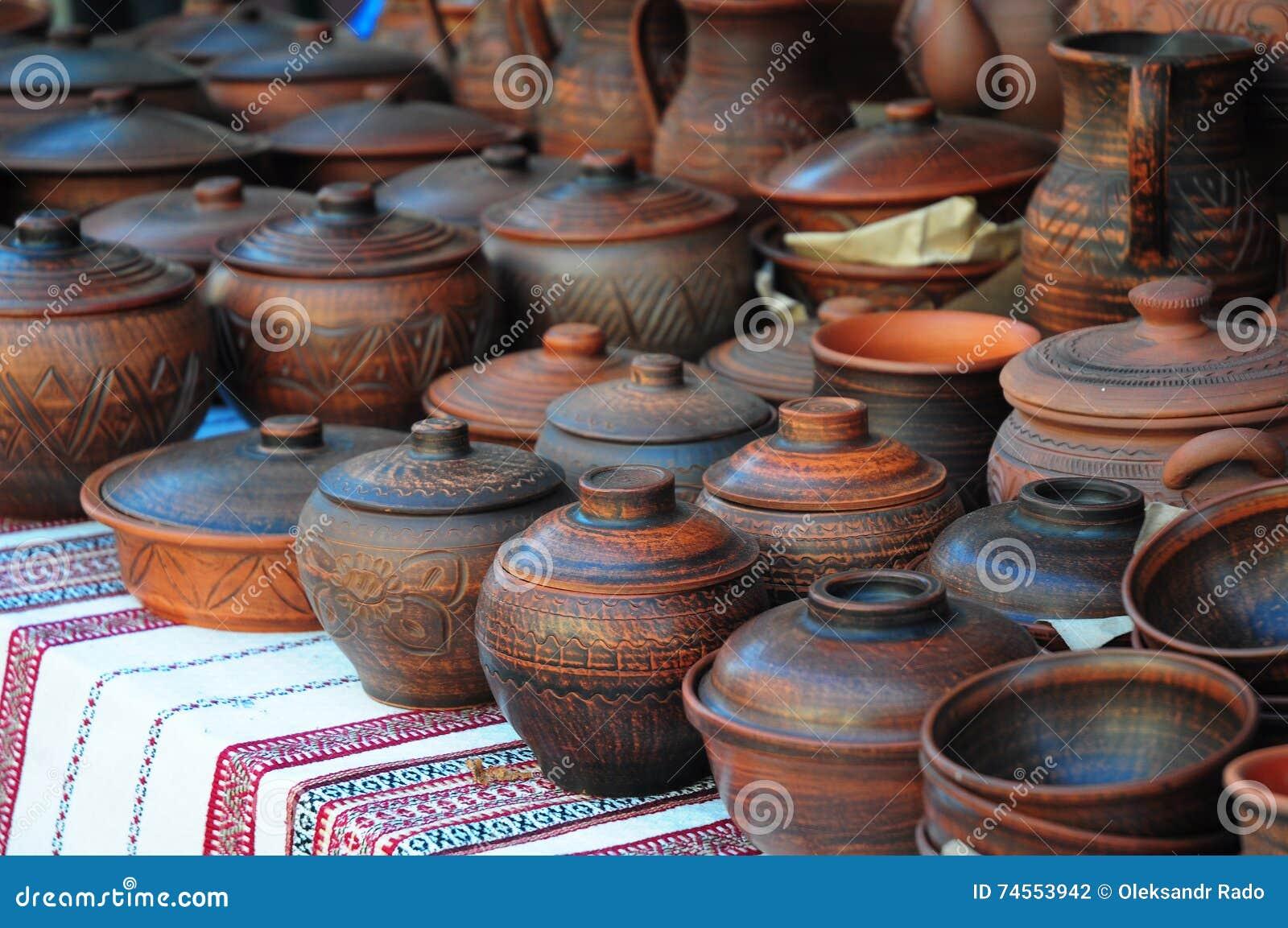 Mostra da cerâmica cerâmica feito a mão de Ucrânia em um mercado da borda da estrada com potenciômetros e Clay Plates Outdoors ce